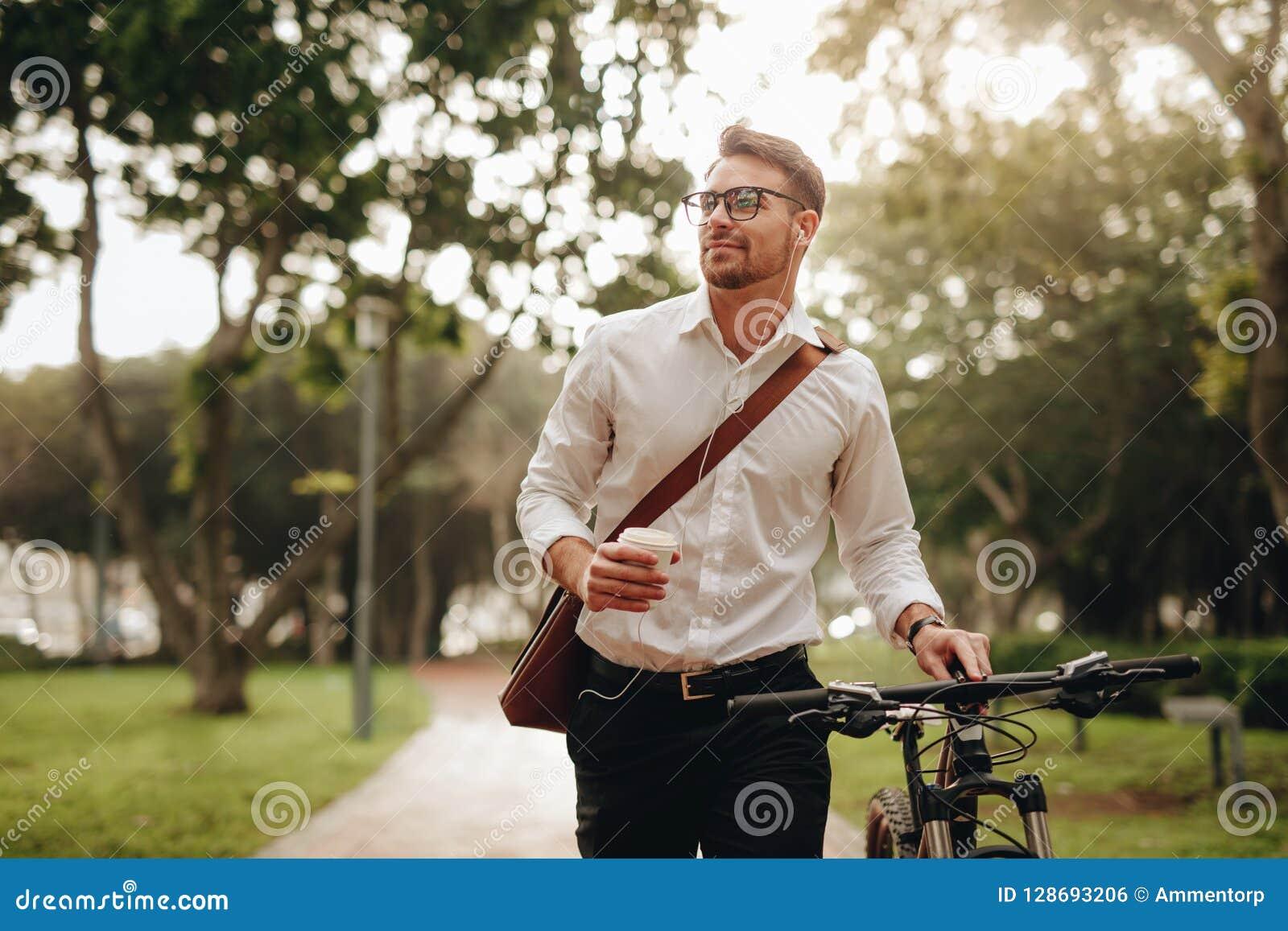 Equipe a apreciação do café e da música ao andar ao escritório