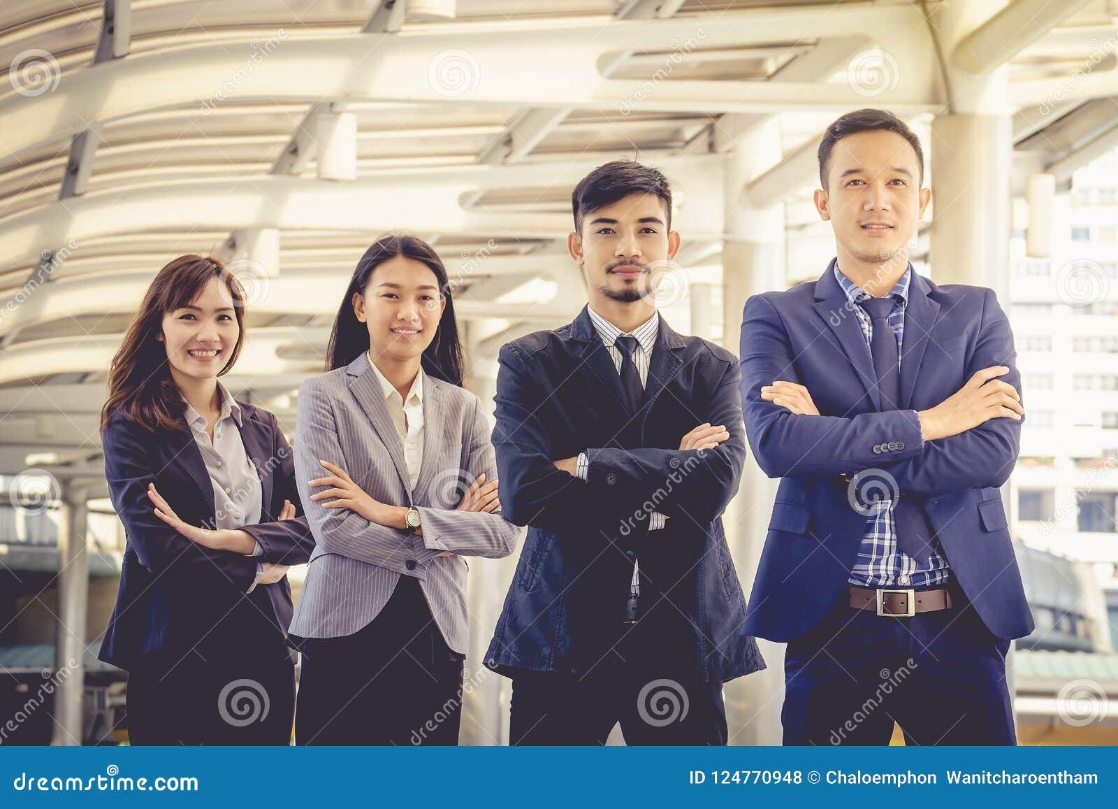 A equipe asiática nova do negócio está com confiança e orgulho