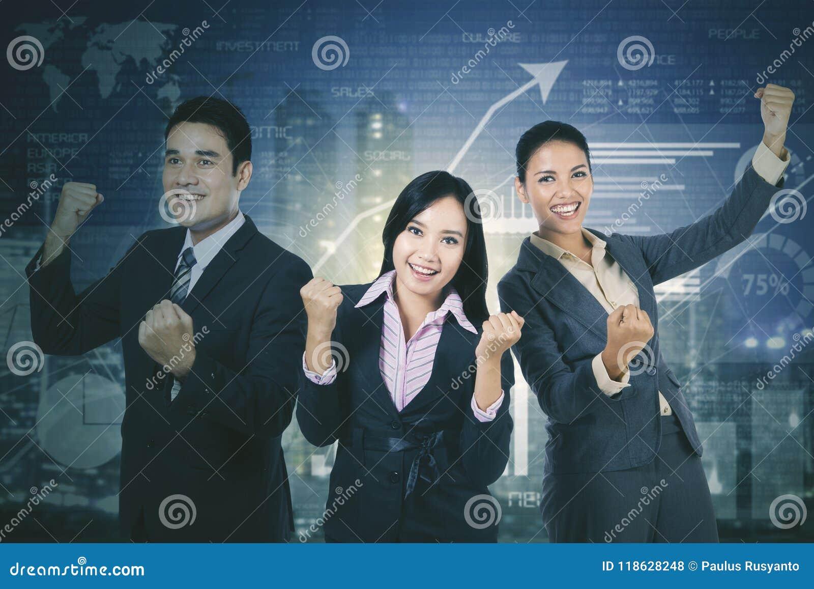 Equipe bem sucedida do negócio com gráfico da finança do crescimento