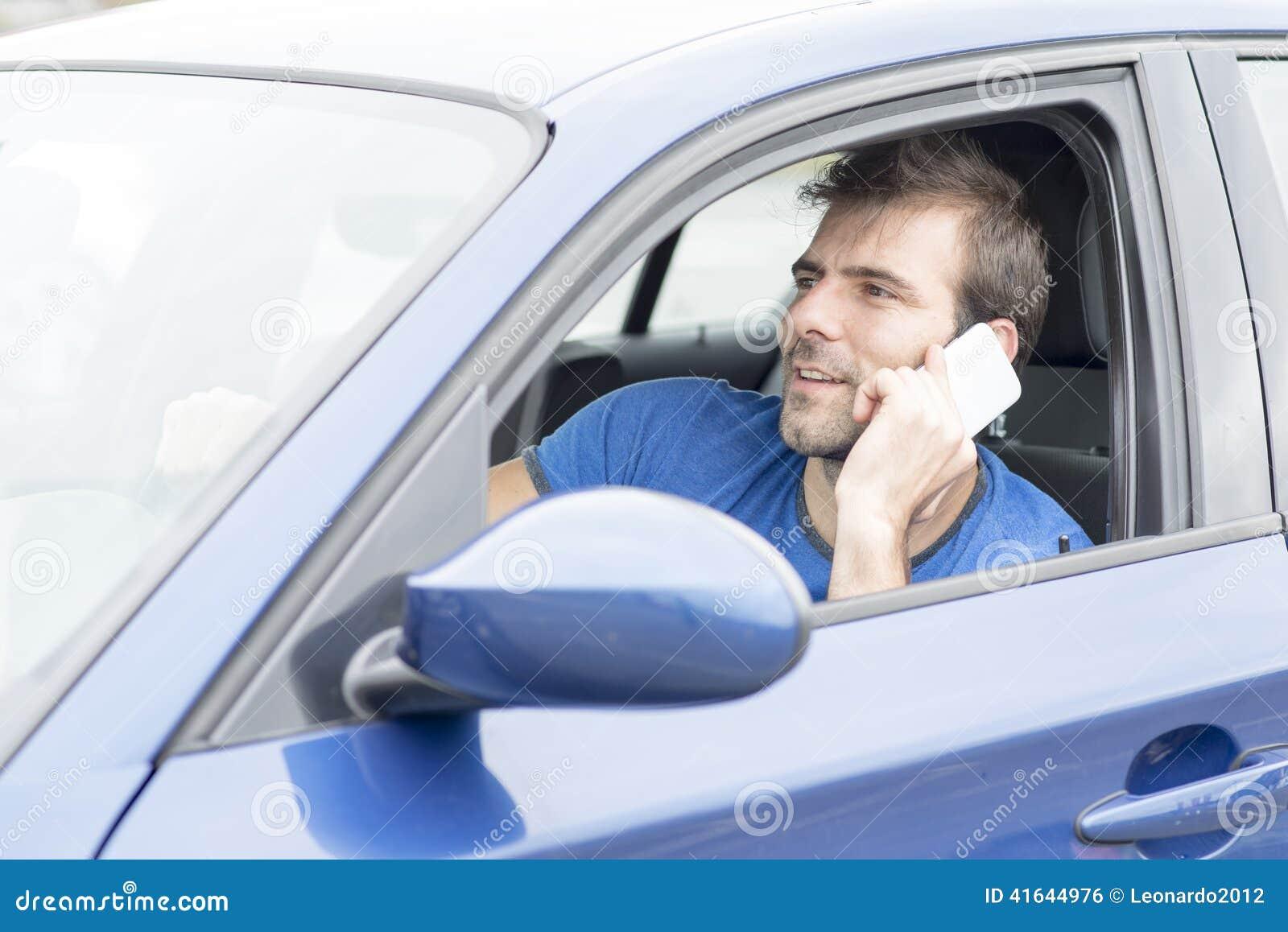 Equipe a condução do carro e a fala pelo telefone, co perigoso