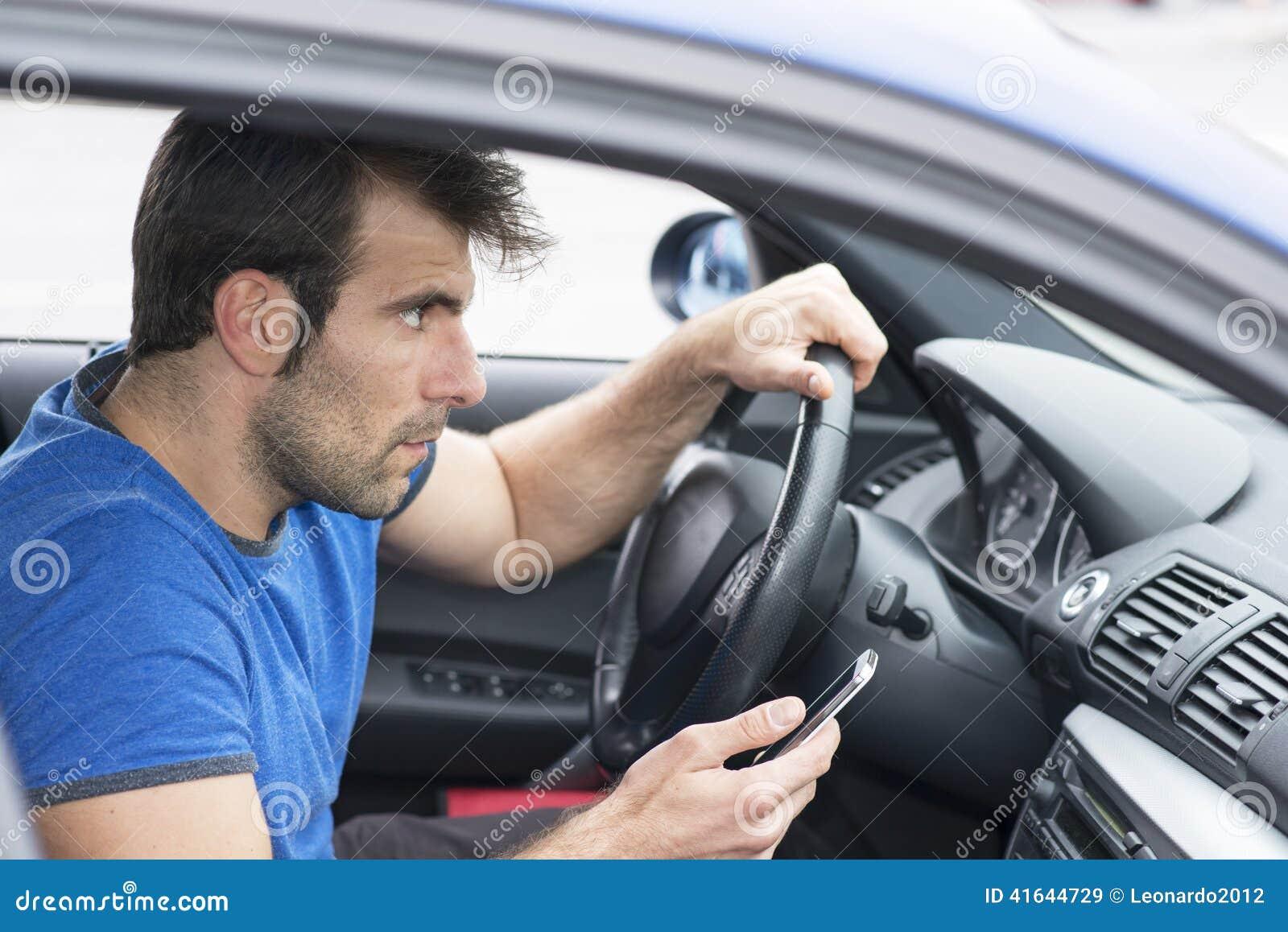 Equipe a condução do carro e guardar o telefone, conce perigoso