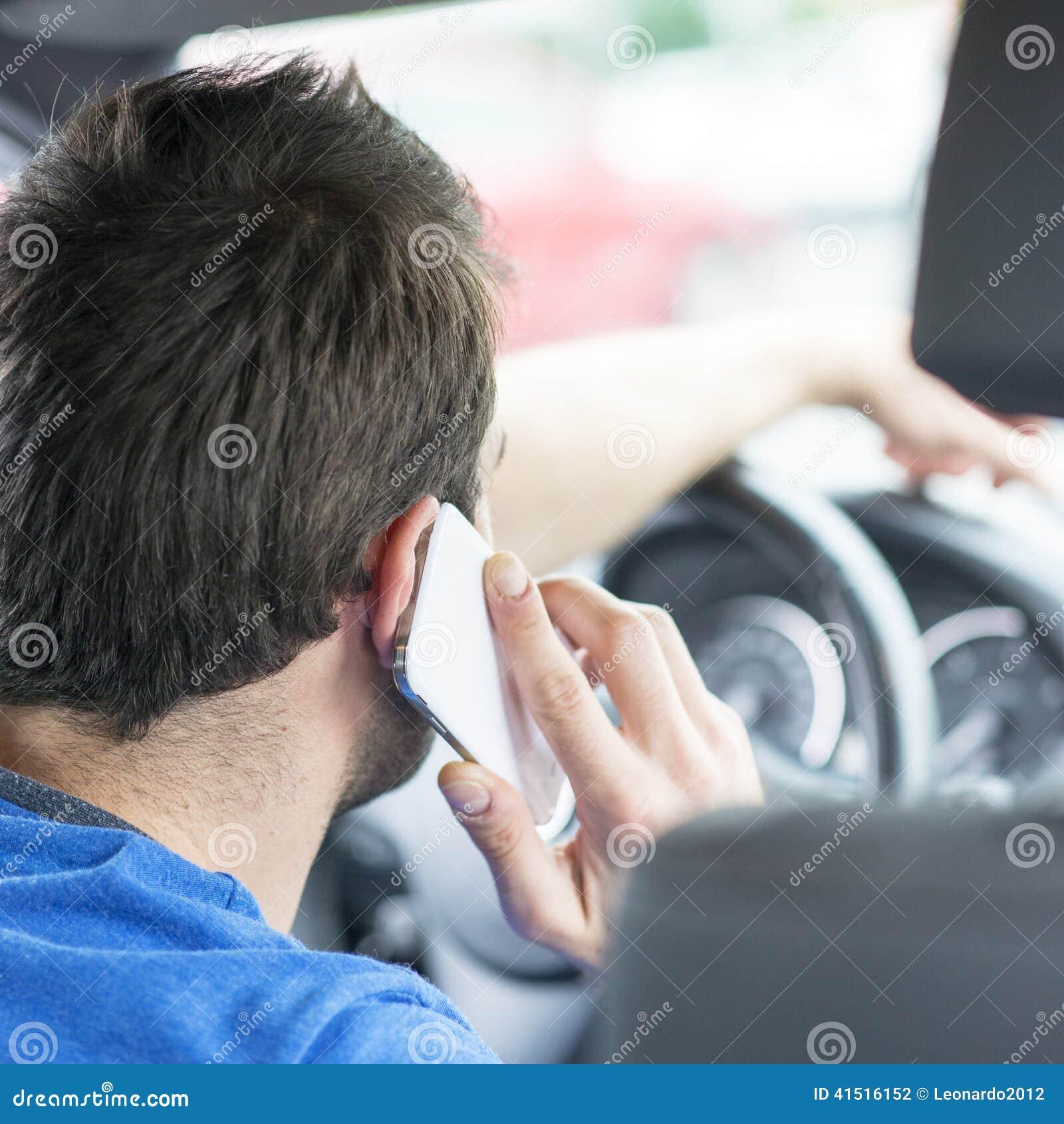 Equipe a condução e a fala pelo telefone esperto, perigoso