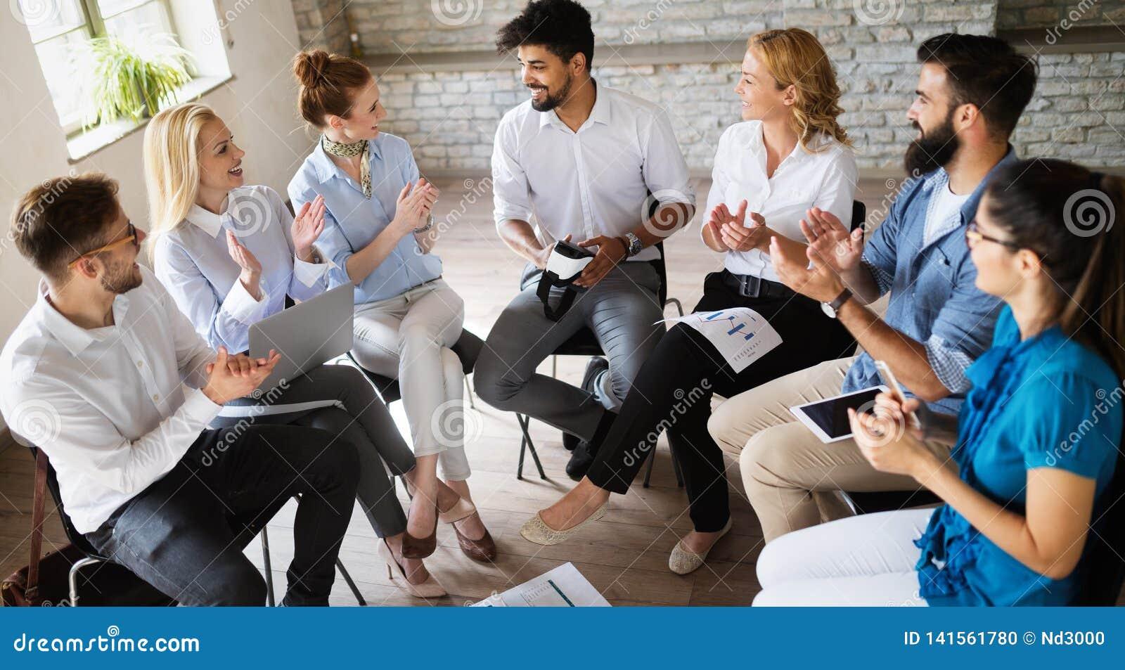 Equipe criativa feliz no escritório Conceito do negócio, da partida, do projeto, dos povos e dos trabalhos de equipe