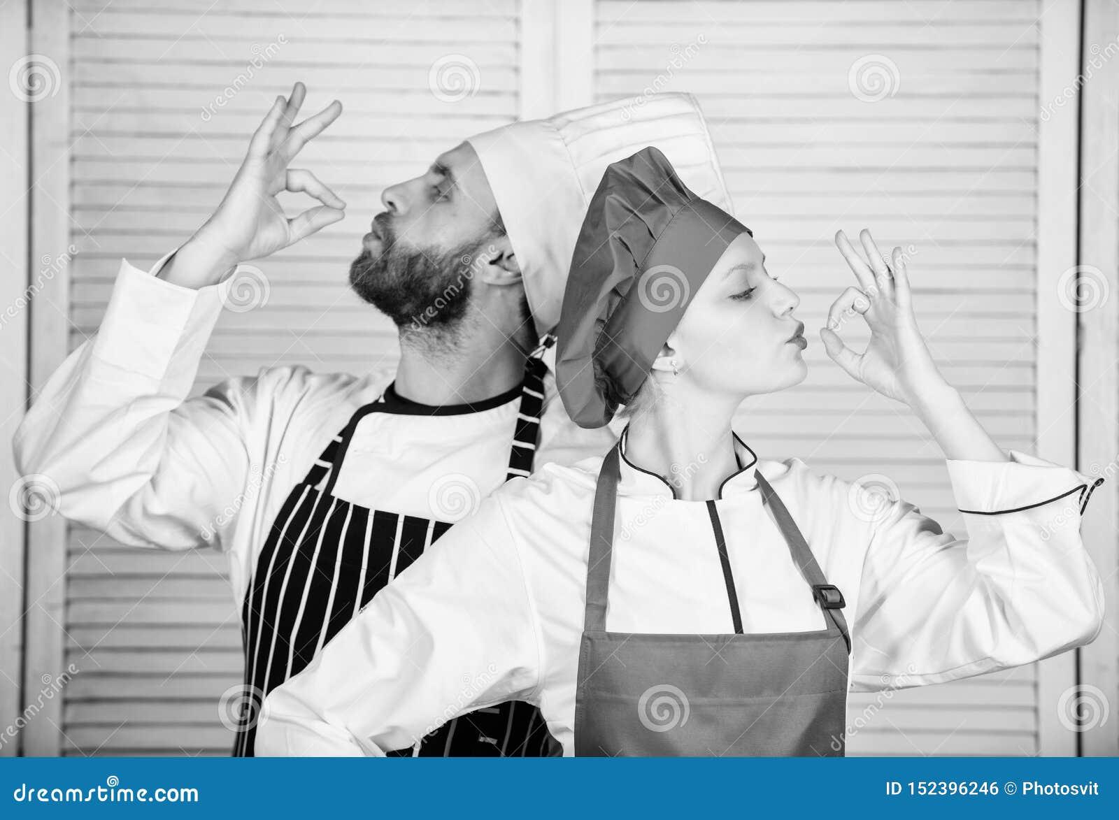 Equipe da cozinha pares no amor com alimento perfeito Planeamento do menu culin?ria culin?ria Cozinheiro chefe do homem e da mulh