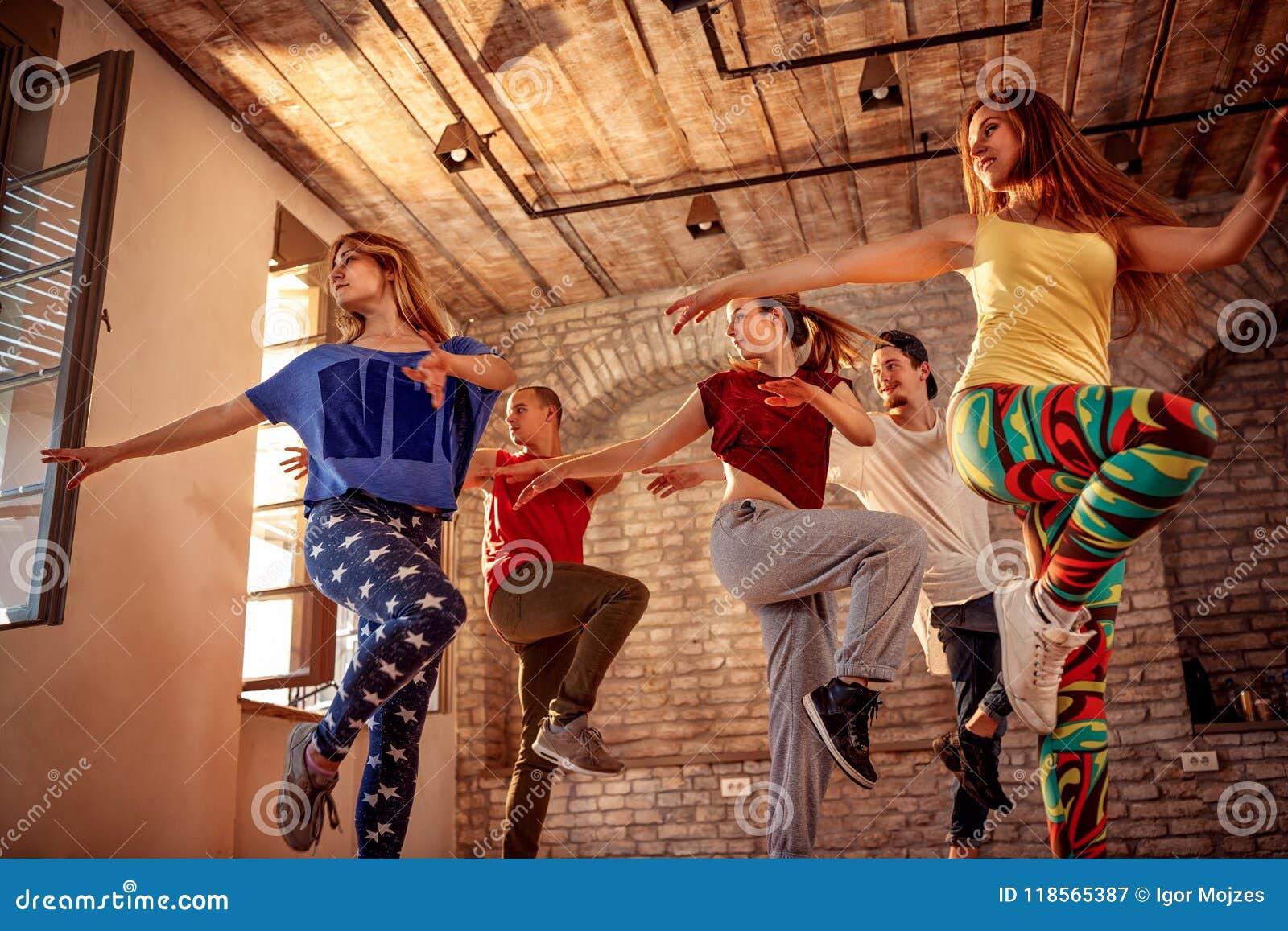 Equipe da dança da paixão - dançarino que exercita o treinamento da dança no estúdio