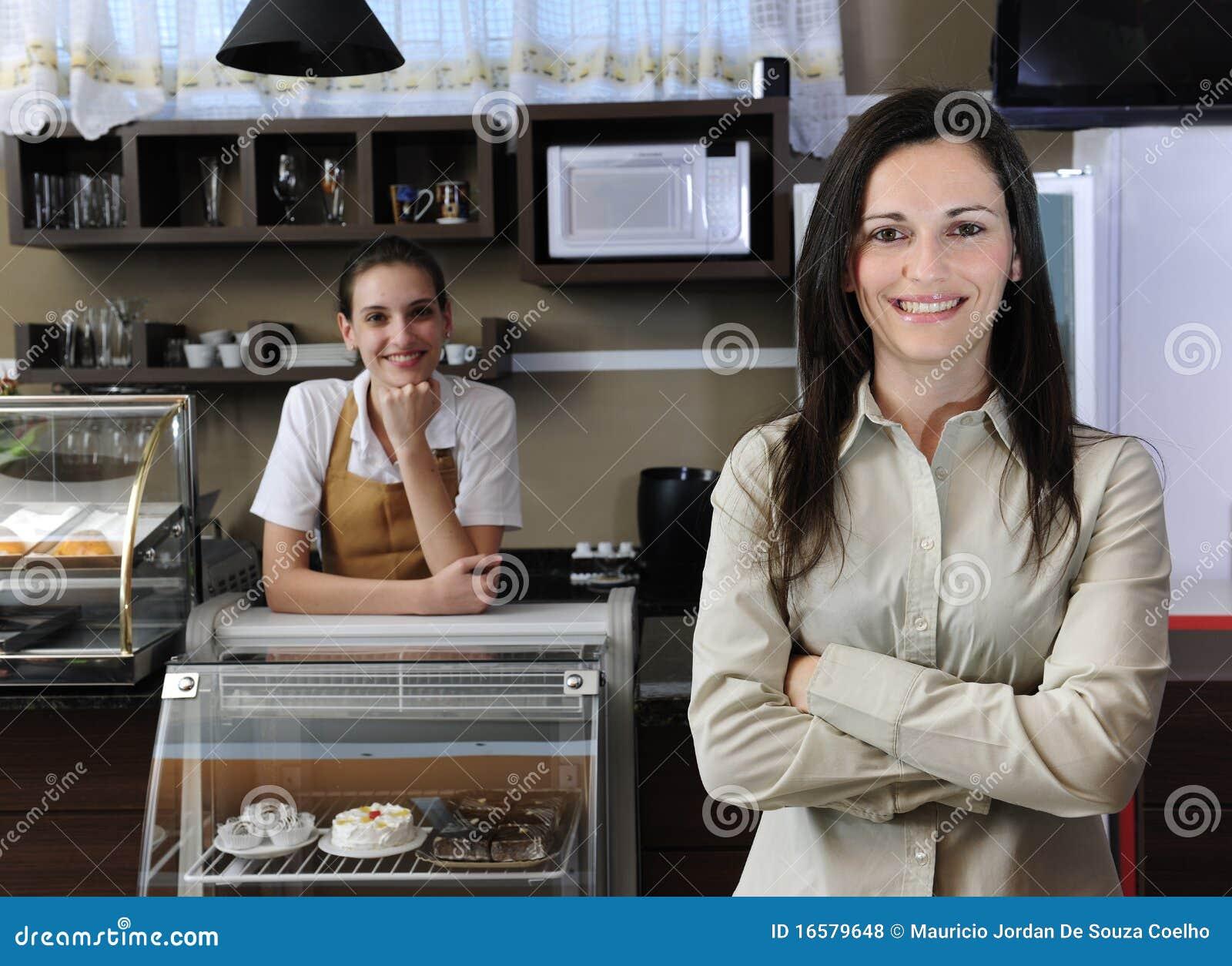 Equipe da empresa de pequeno porte, proprietário de um café ou empregada de mesa