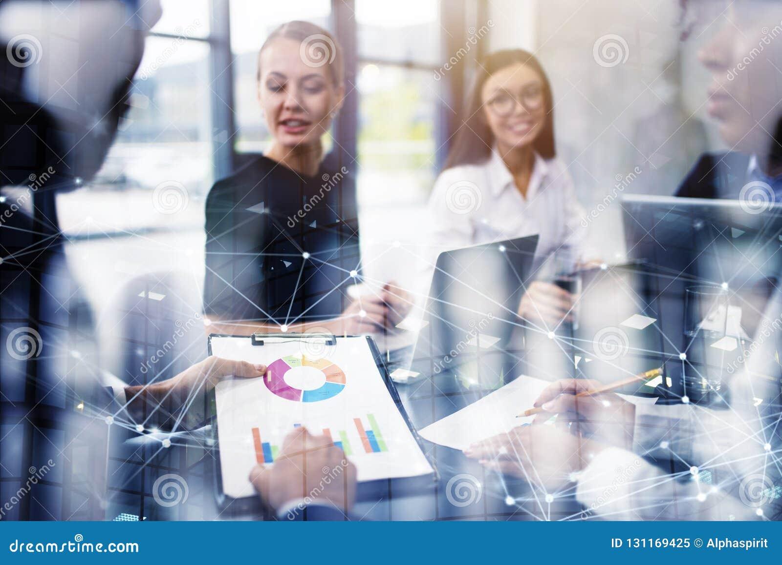 A equipe da pessoa do negócio trabalha junto em estatísticas da empresa Conceito dos trabalhos de equipa Exposição dobro