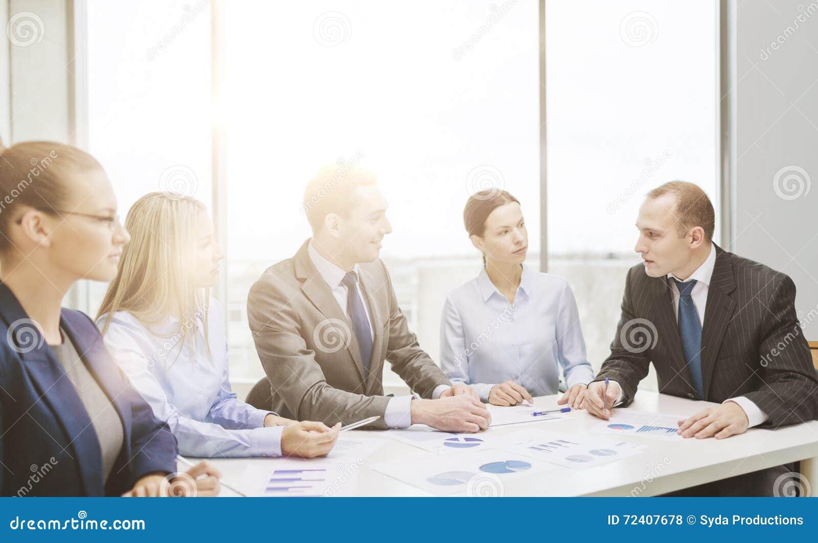 Equipe de sorriso do negócio na reunião