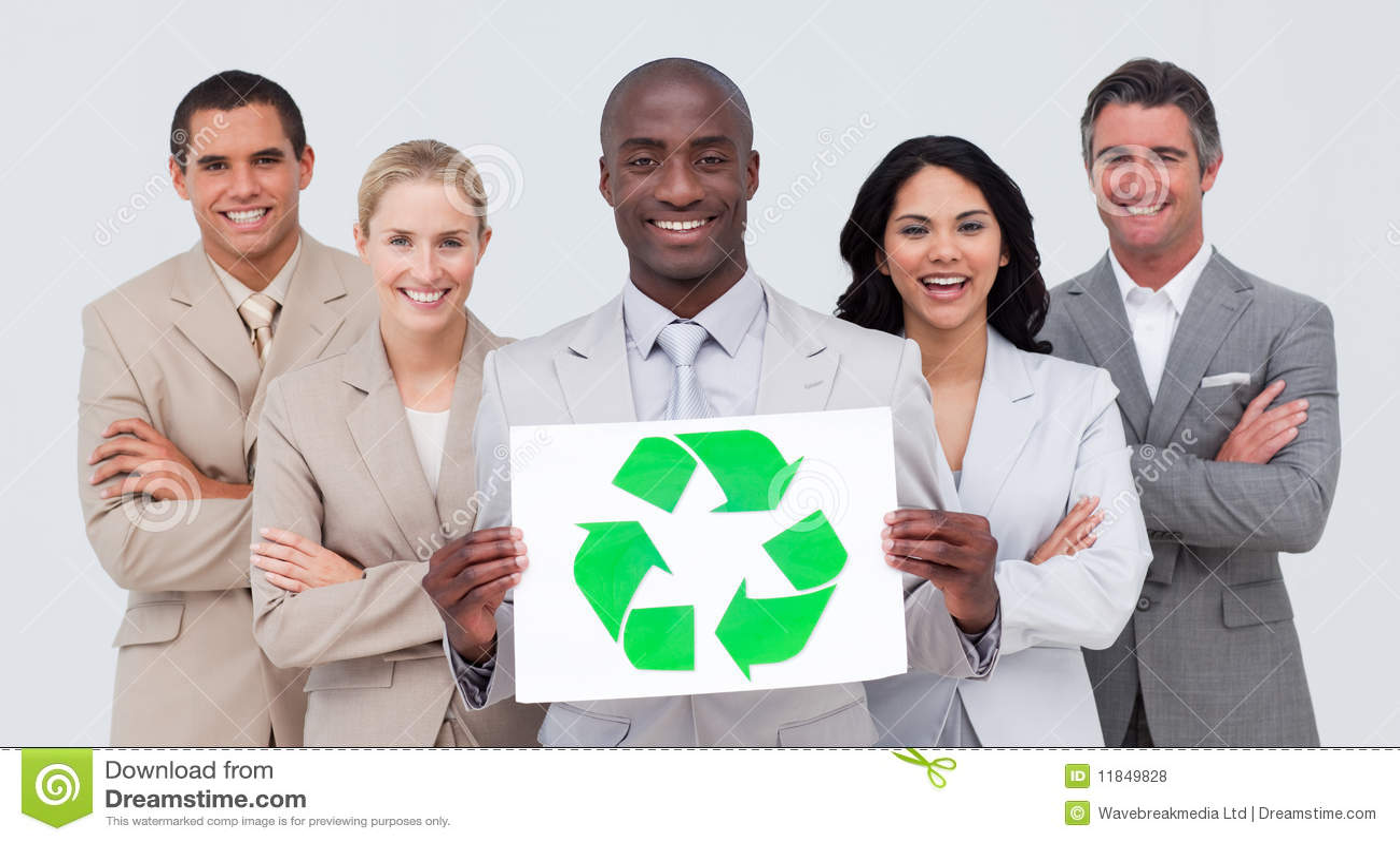 Equipe de sorriso do negócio que prende um símbolo de recicl