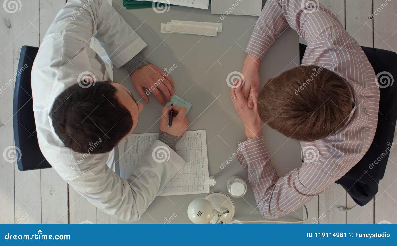 Equipe de Timelapse dos doutores que têm uma reunião no escritório médico Vista superior