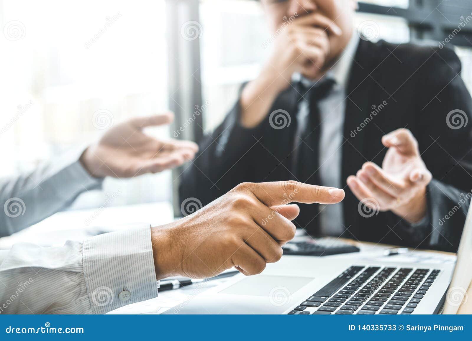 Equipe detrabalho de consulta do negócio que encontra o investimento da análise da estratégia do planeamento e que salvar o conce