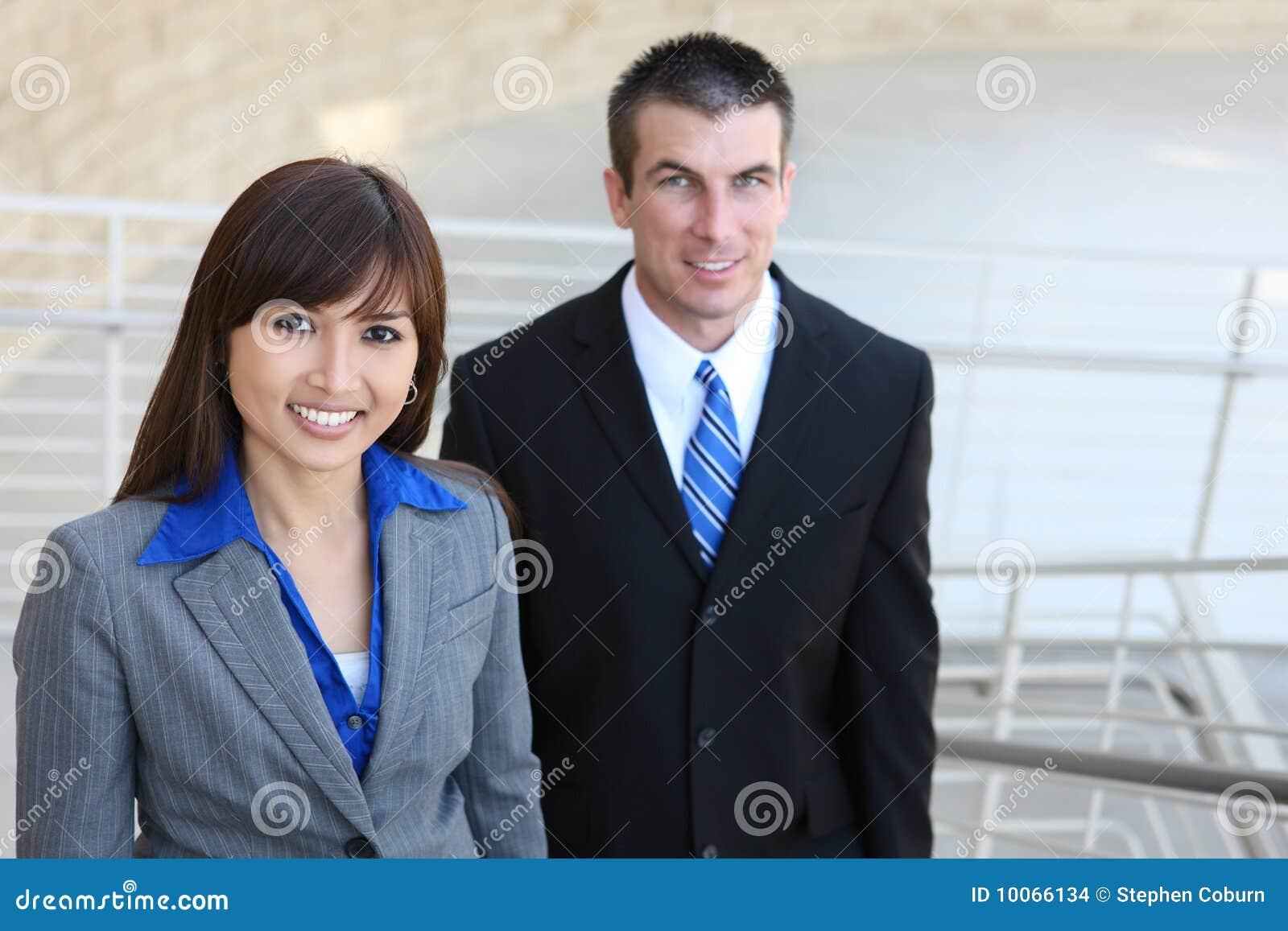 Equipe do negócio em escadas