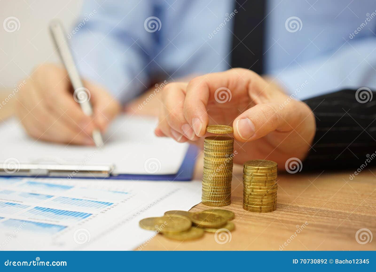A equipe do negócio está calculando o lucro e a renda
