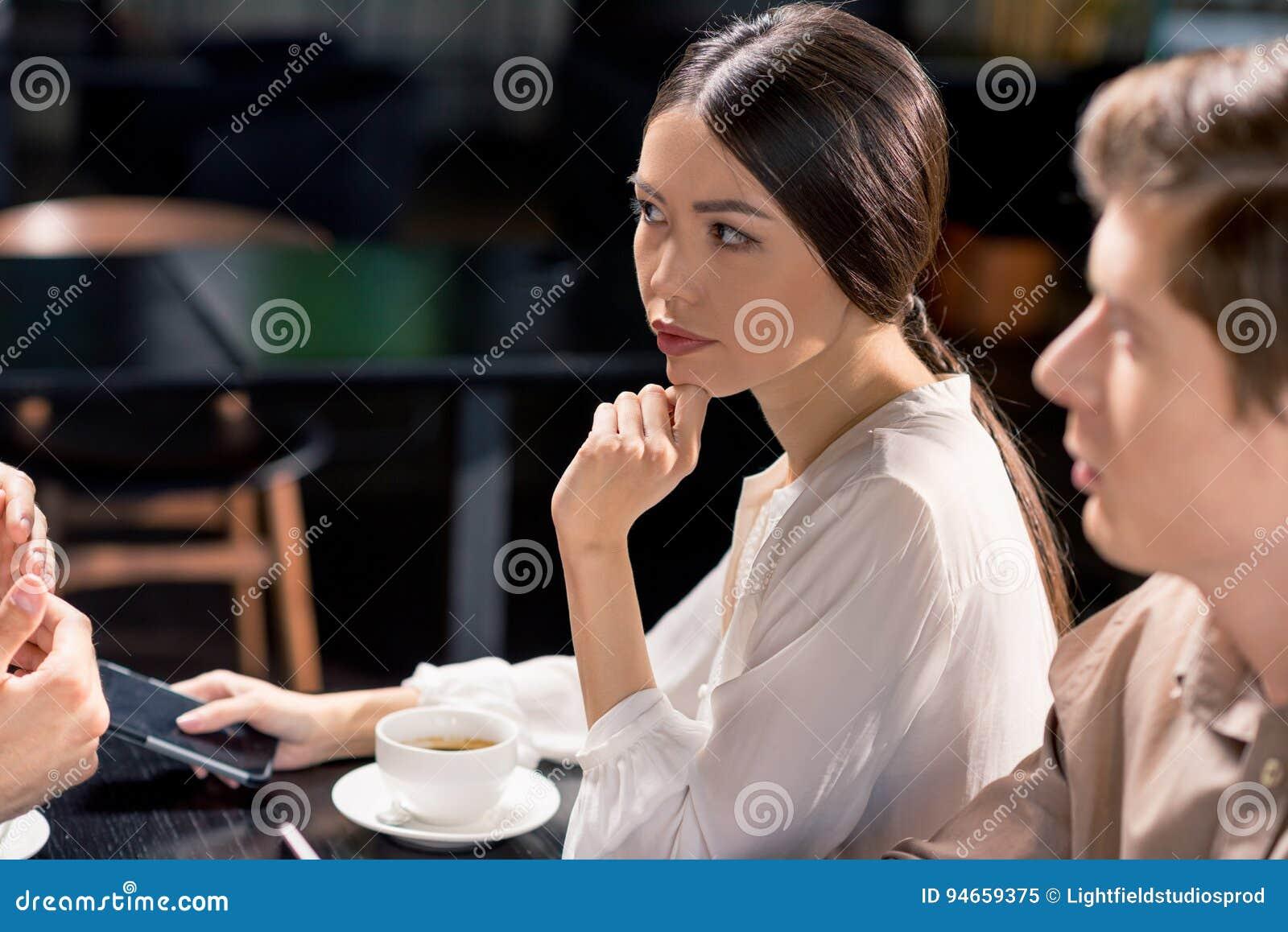Equipe do negócio na reunião que discute o projeto no café