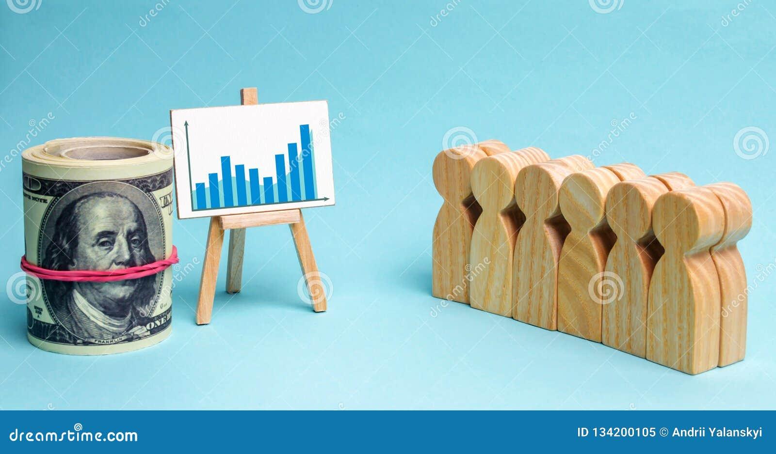 A equipe do negócio olha as estatísticas e o plano de desenvolvimento da empresa Conceito da estratégia empresarial Análise dos r