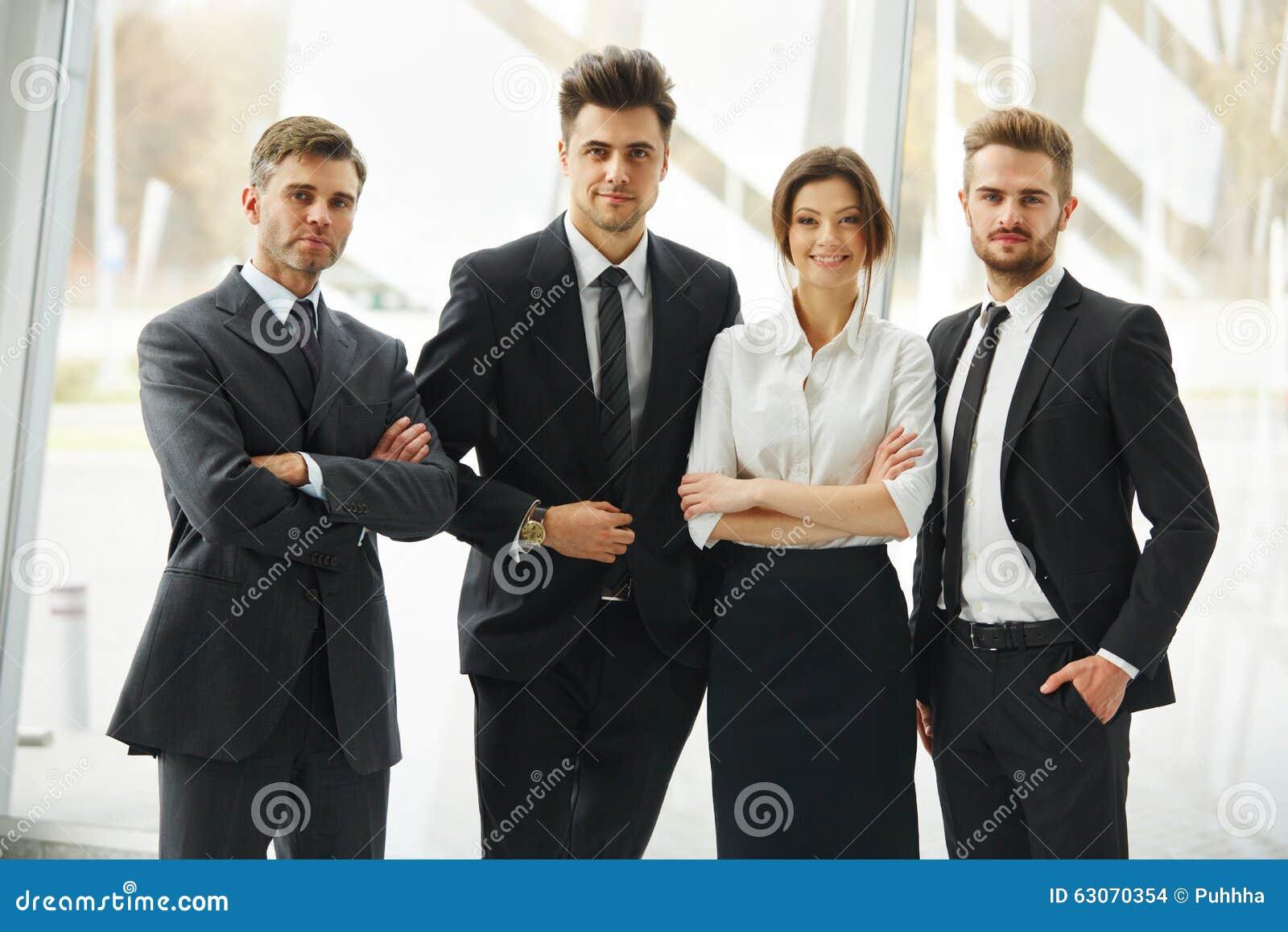 Equipe do negócio Povos de sorriso felizes que estão em seguido no escritório