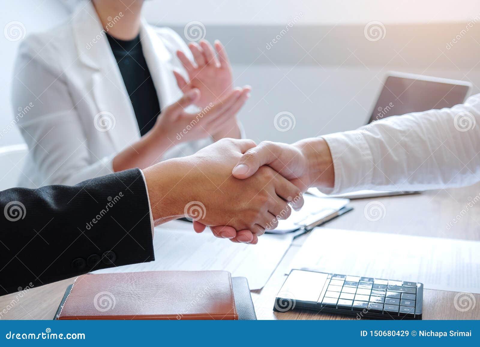 Equipe do negócio que agita as mãos durante um conceito planejando de encontro da análise da estratégia