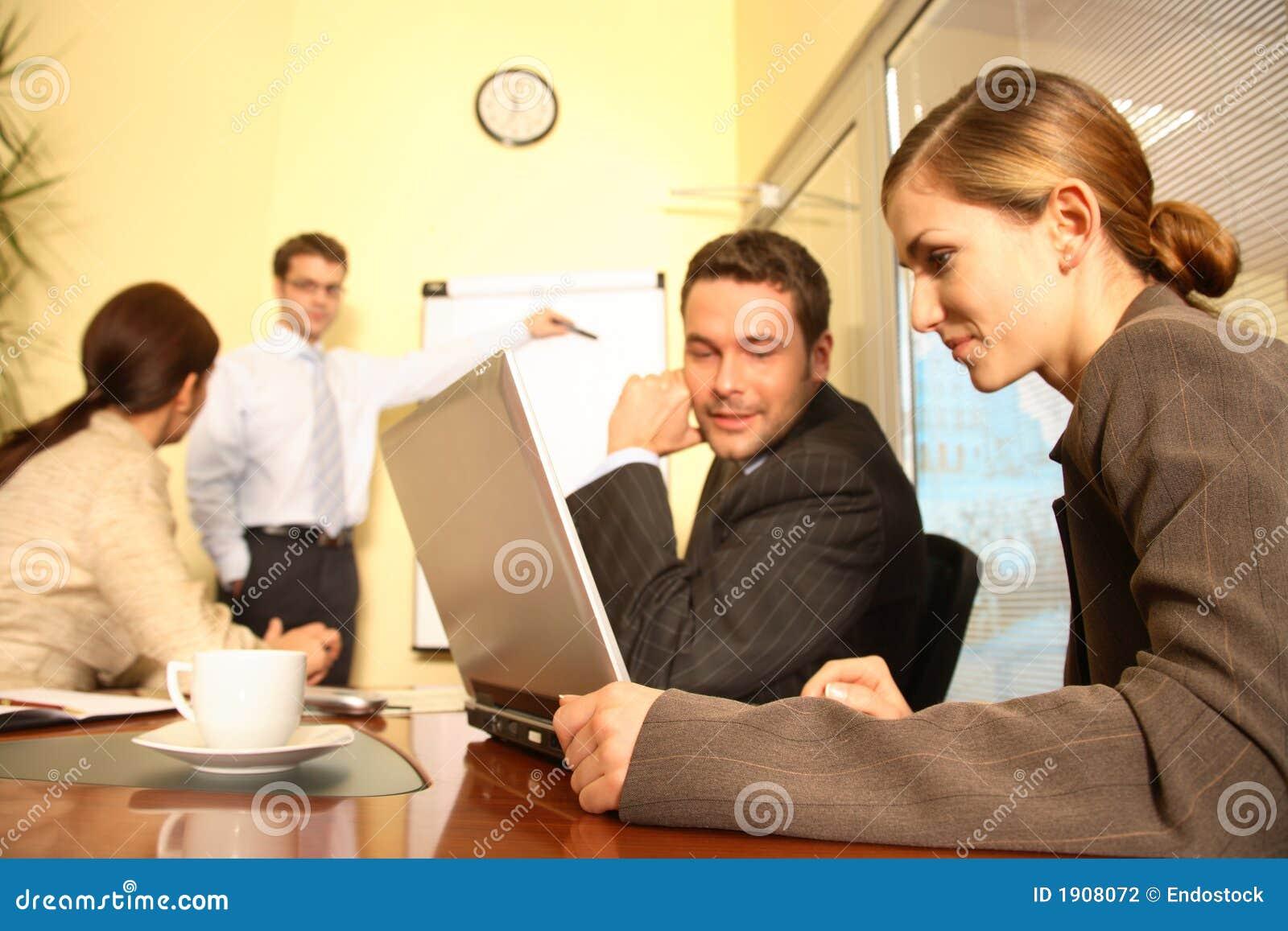 Equipe do negócio que prepara uma proposta