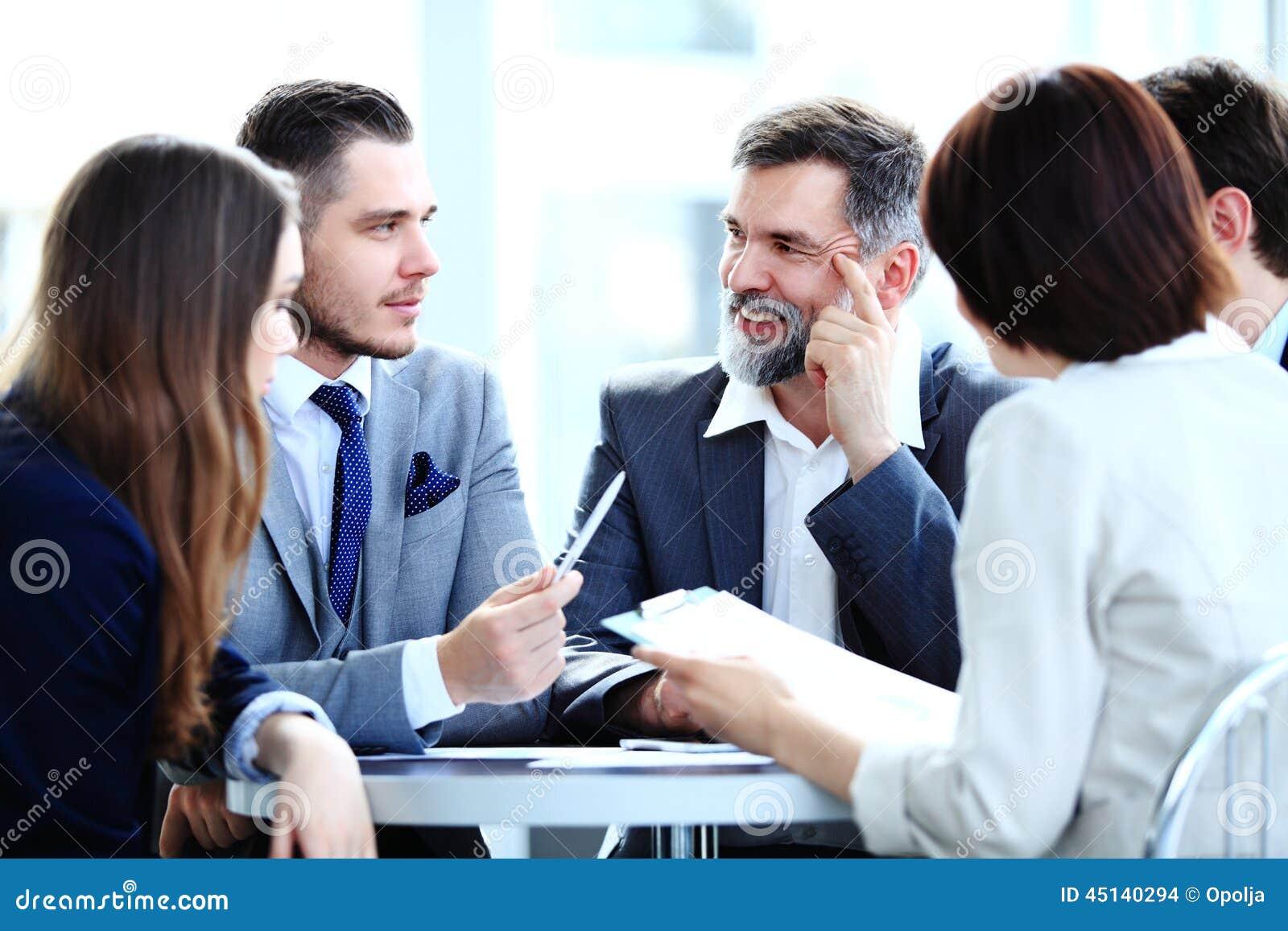 Equipe do negócio que tem a reunião no escritório