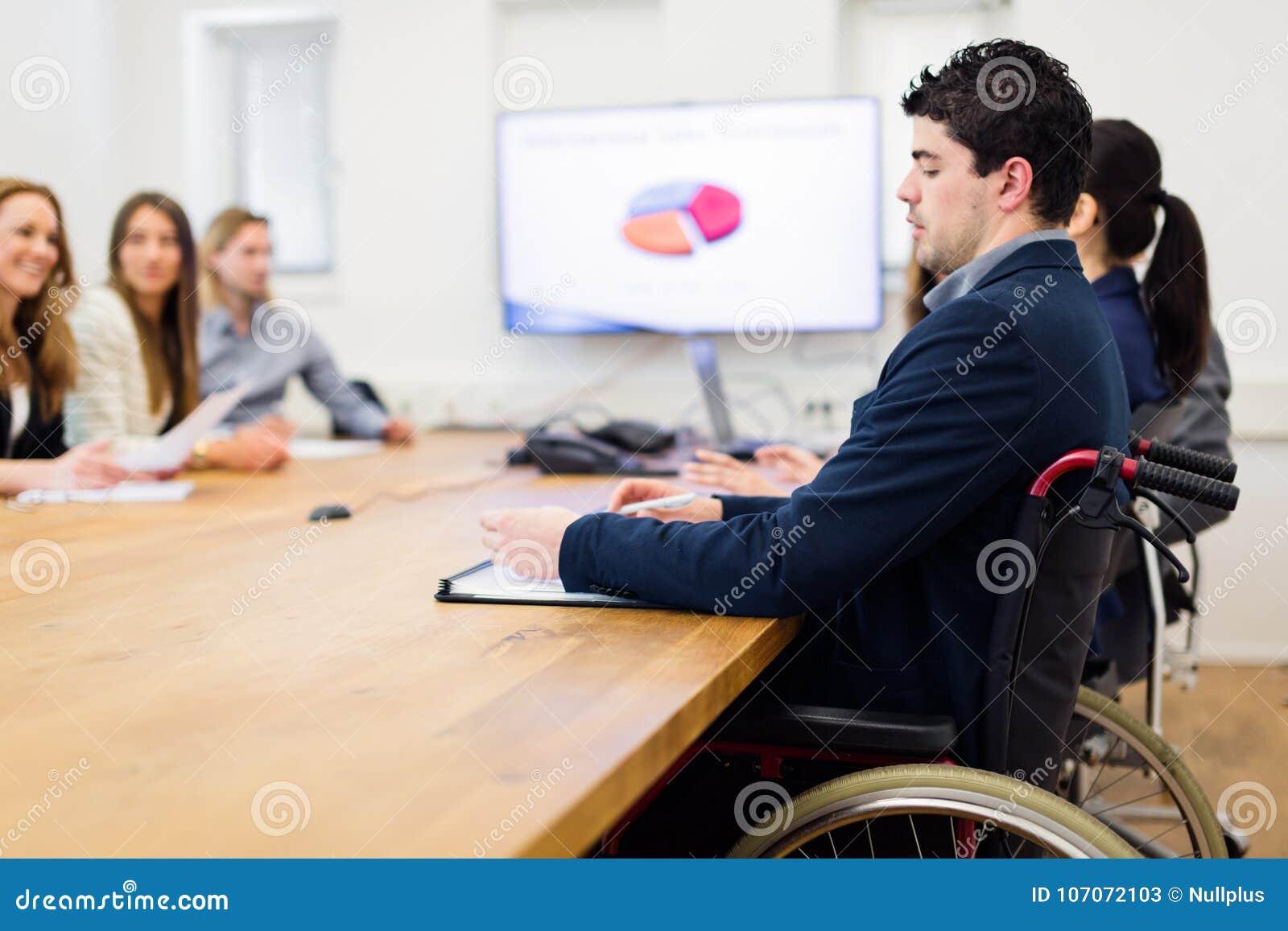 Equipe do negócio que tem uma reunião