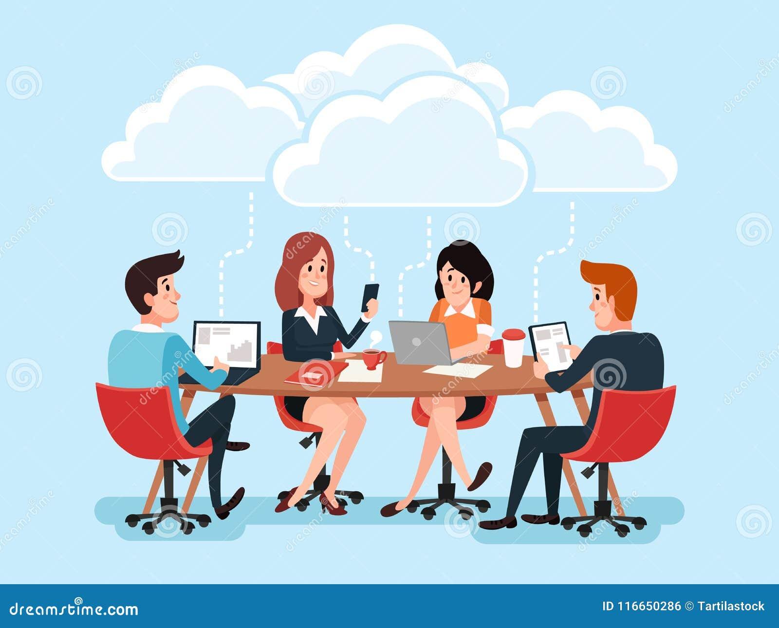 A equipe do negócio que usa portáteis, executivos que compartilham de originais do escritório, conversa a conferência virtual sob