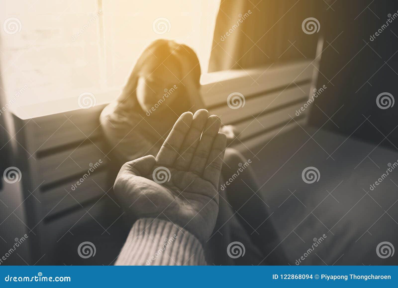 Equipe a doação da mão a mulher deprimida, prevenção do suicídio, conceito dos cuidados médicos de Meantal, preto e branco tonifi