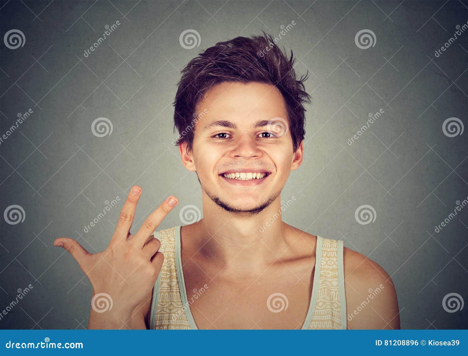 Equipe a doação de um gesto do sinal de três dedos com mão