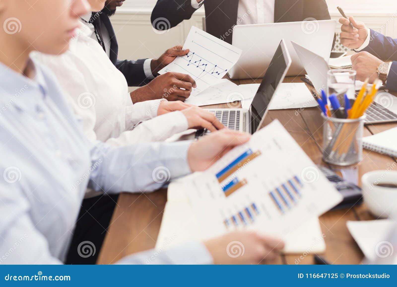 Equipe dos corretores da bolsa que aanalyzing dados e gráficos