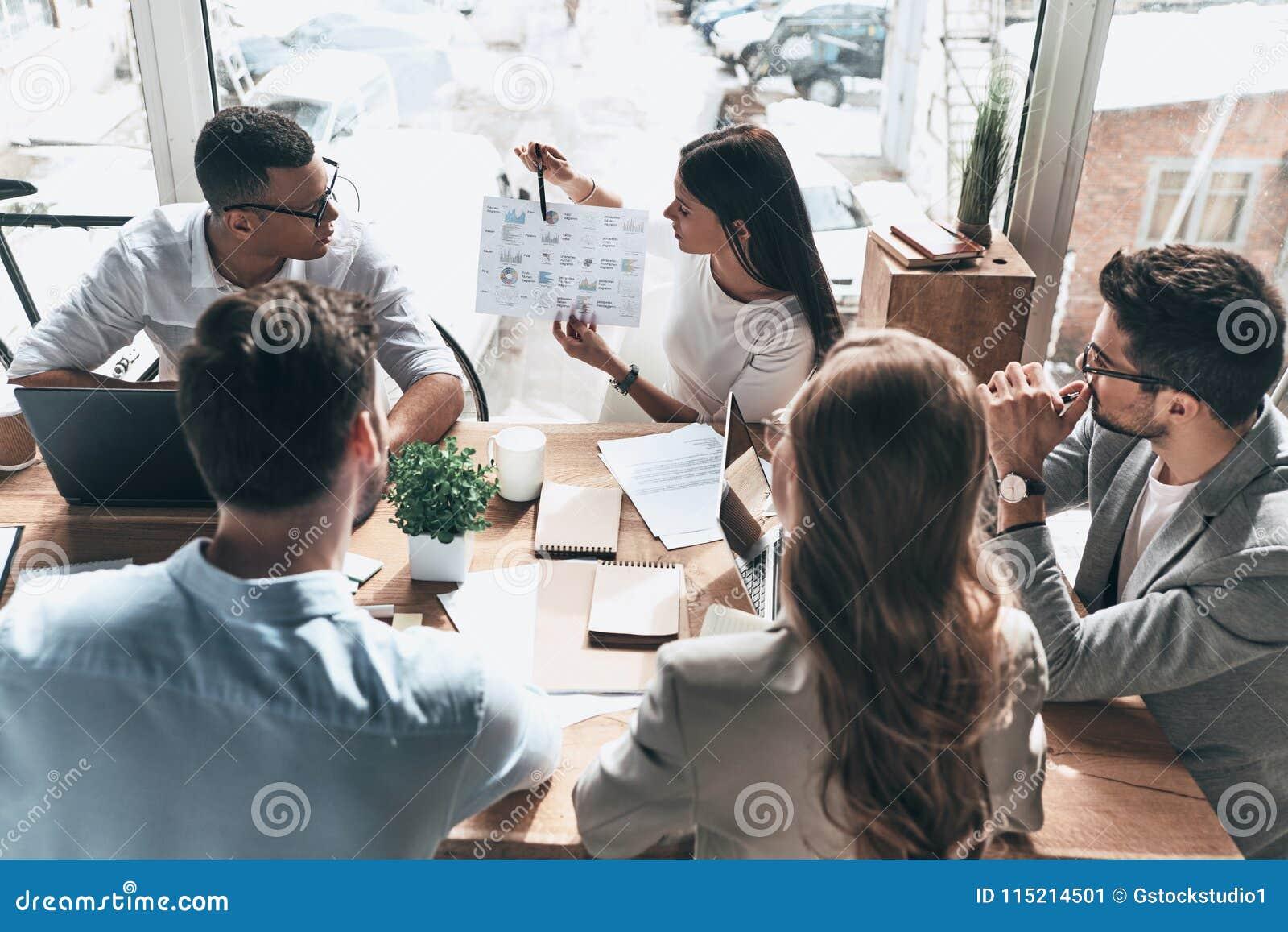 Equipe dos inovadores Opinião superior povos modernos novos no cas esperto