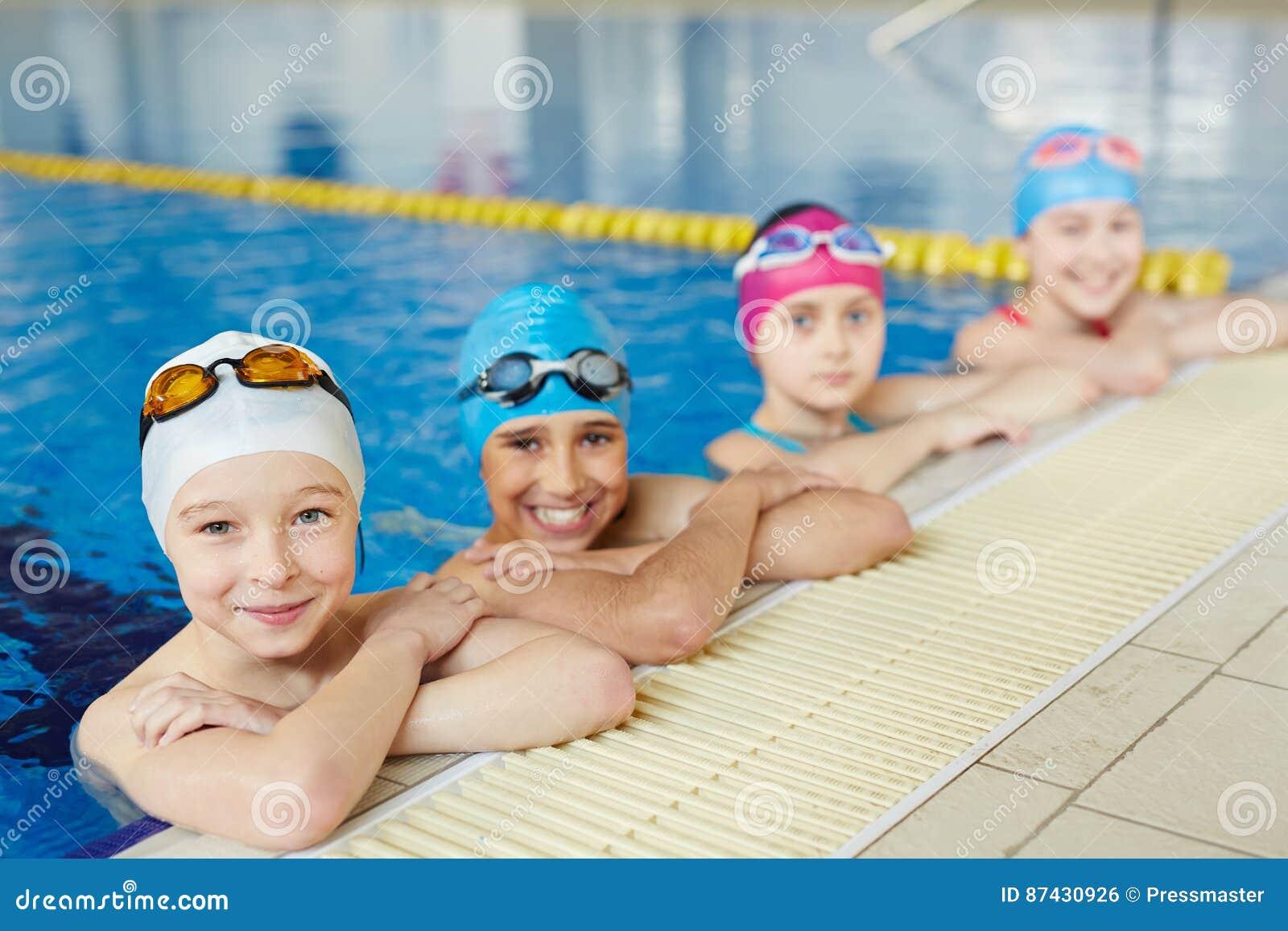 Equipe dos nadadores na beira da associação