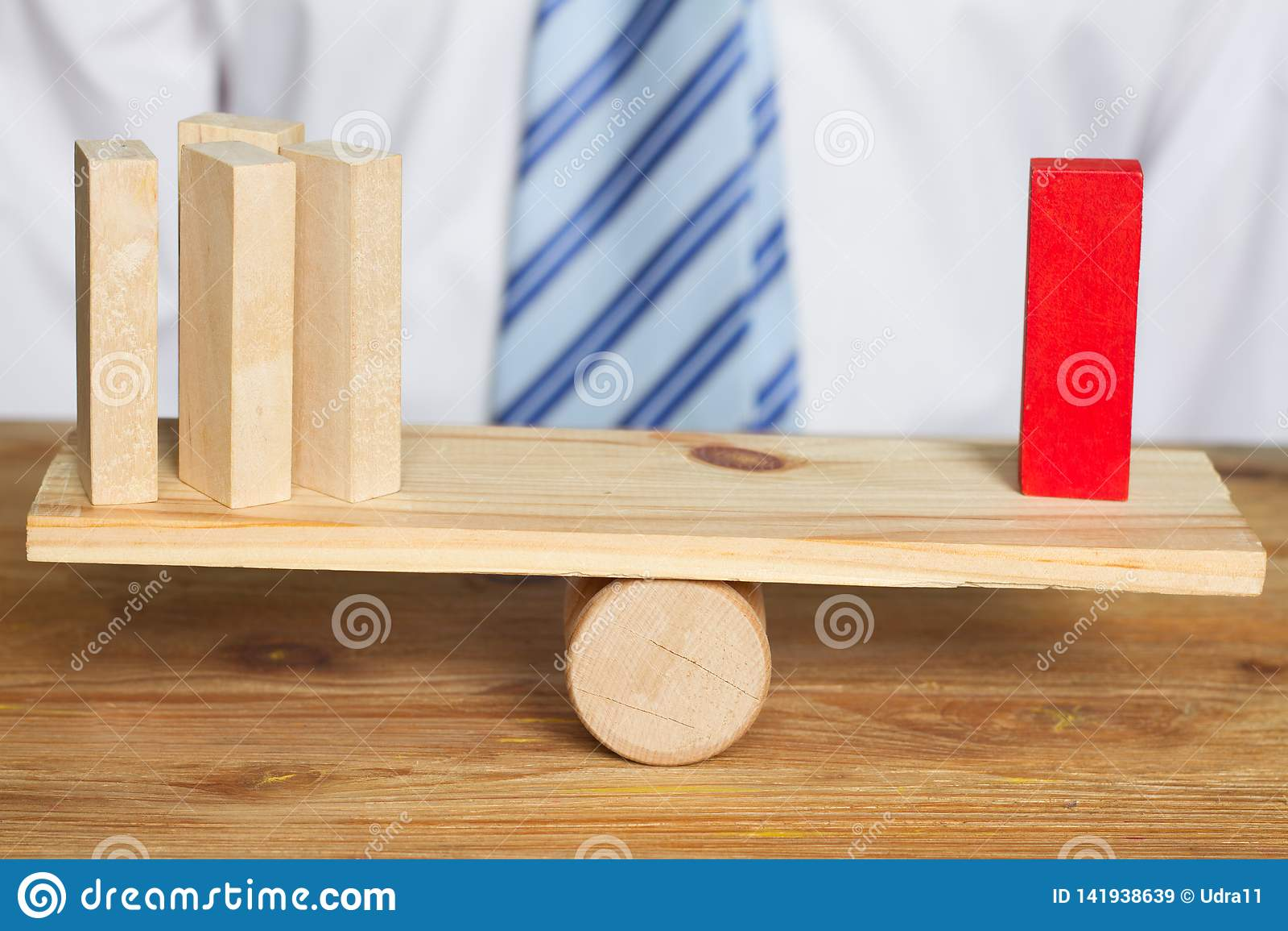 Equipe e gerente do negócio do corporaçõ no conceito abstrato do empregado do balanço