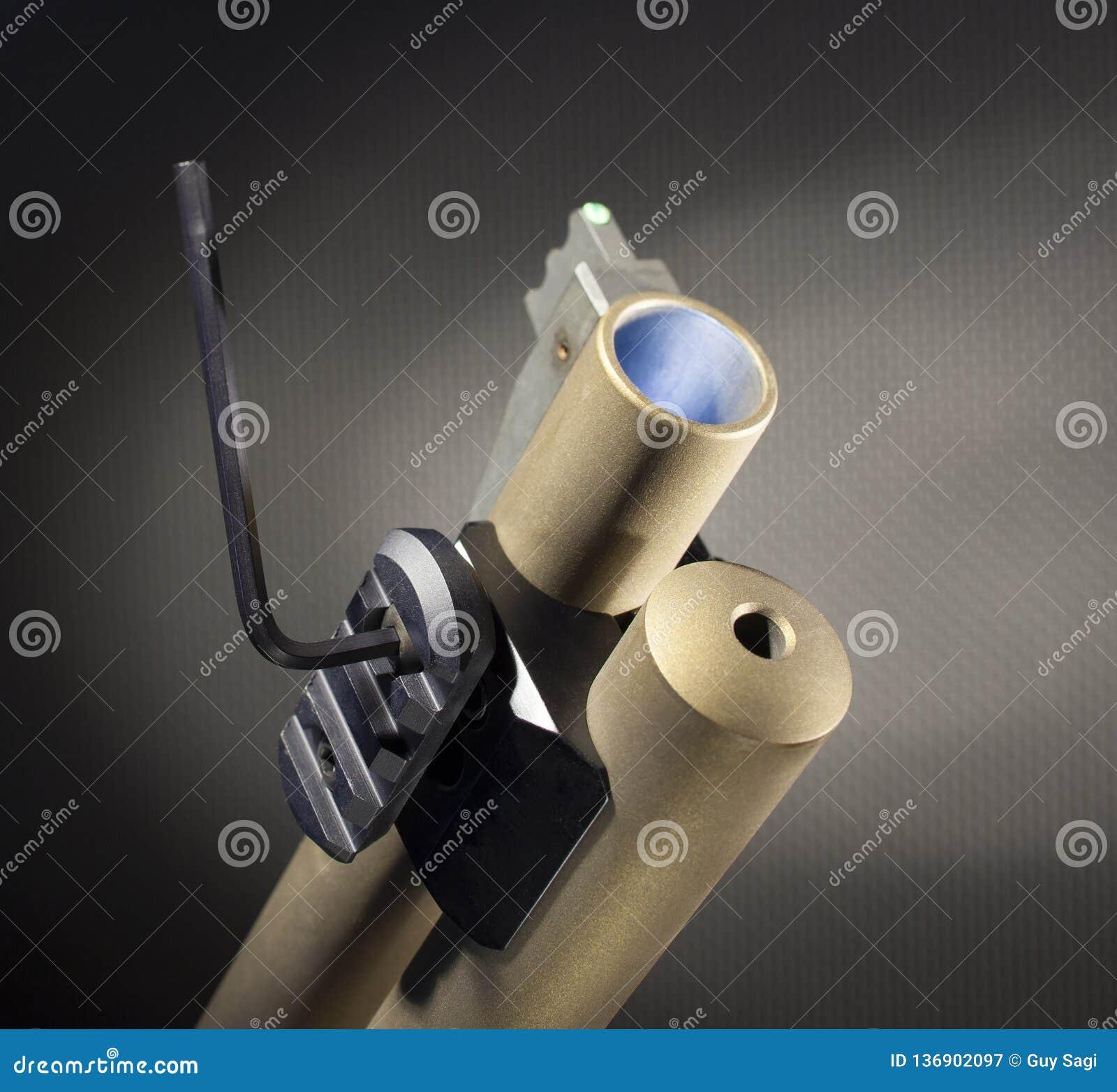 Equipe el ajuste de un adaptador del weaponlight en una escopeta