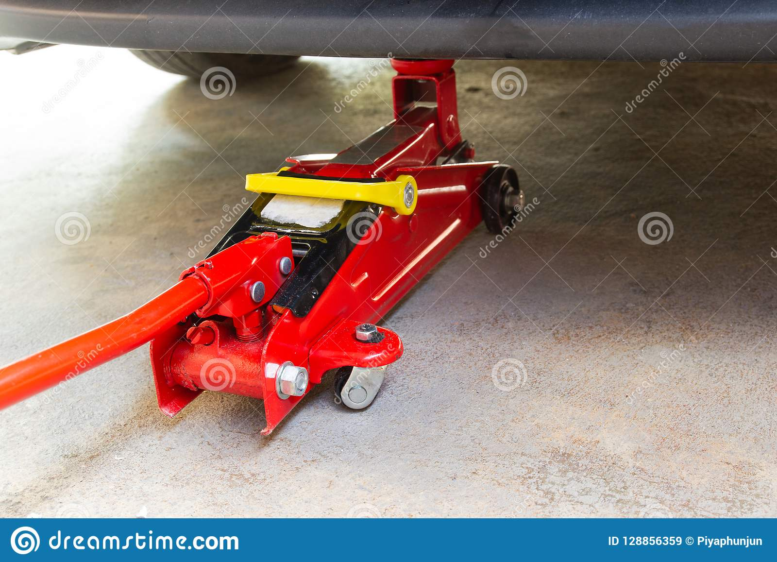 Equipe el coche del gato para el mantenimiento y repárelo