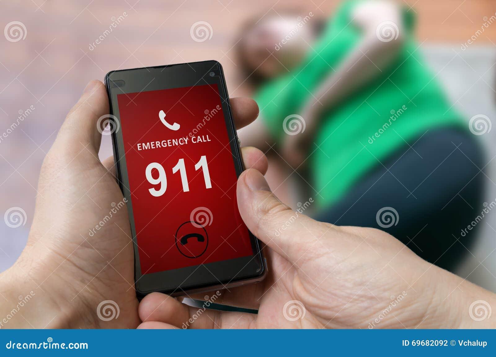 Equipe a emergência discada (número 911) no smartphone Mulher ferida