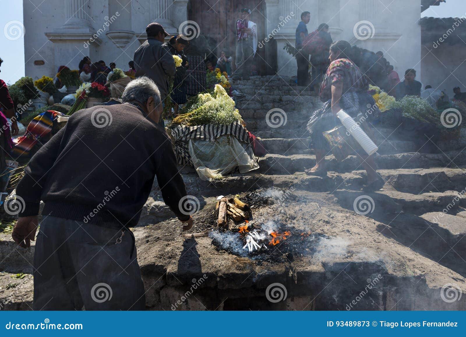 Equipe a execução de um ritual antigo do Maya nas escadas de Santo Tomas Church Iglesia de Santo Tomas na cidade de Chichicasten