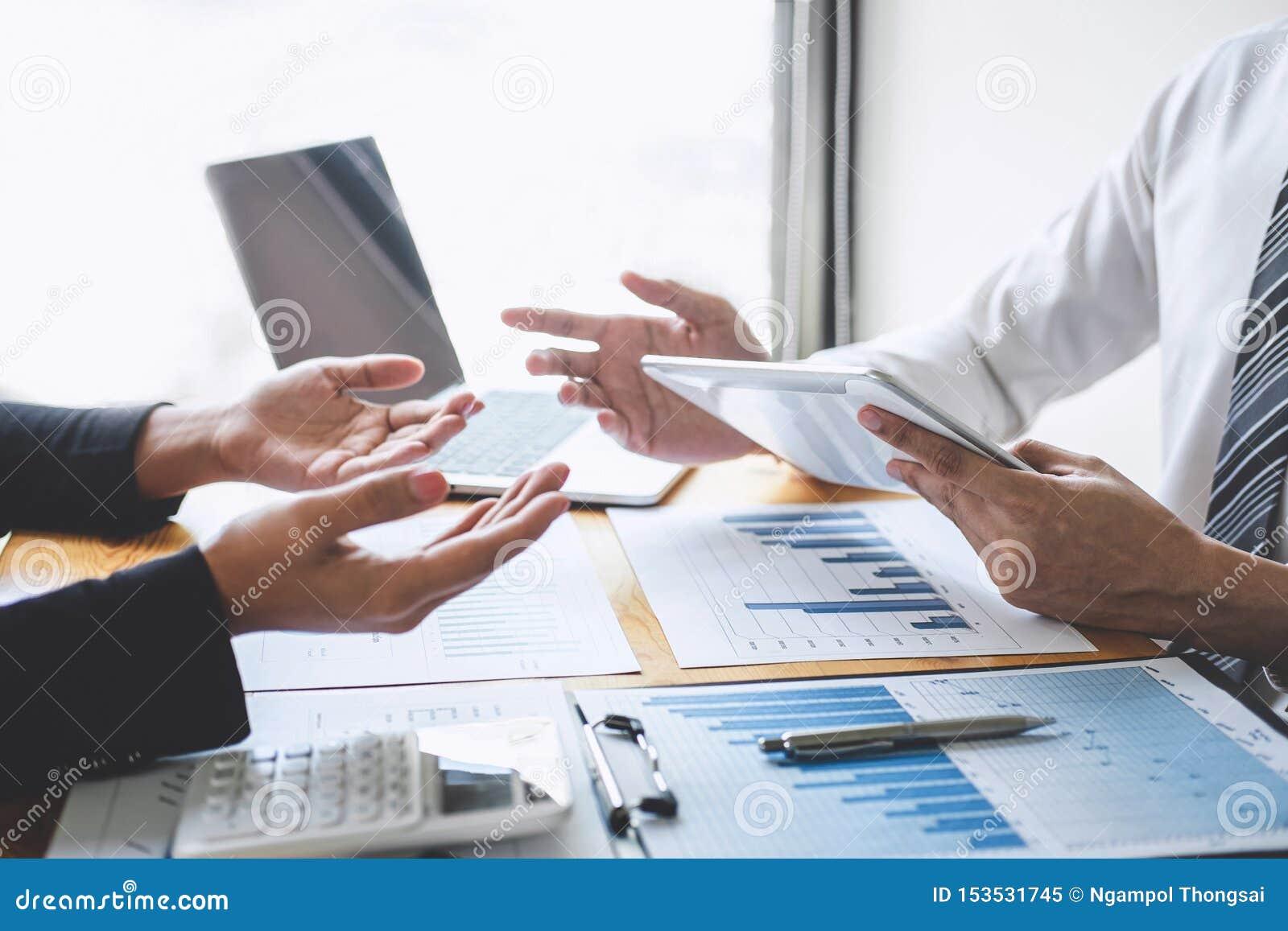 Equipe executiva profissional do colega do negócio que trabalha e que analisa com projeto novo da finança da contabilidade, da ap