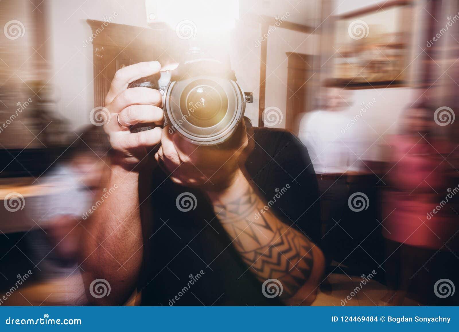 Equipe guardar a câmera da foto, fotógrafo no recep da cerimônia de casamento