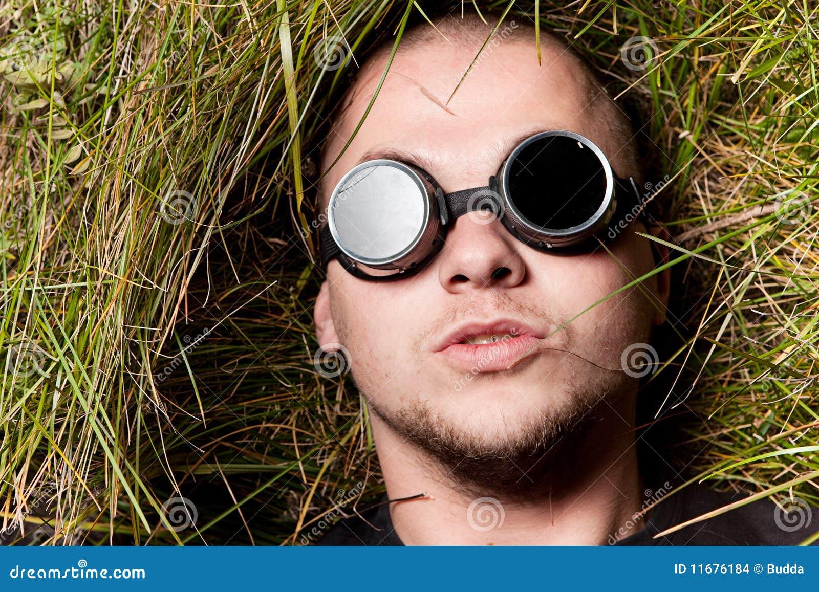 Equipe-lhe o olhar fixo através dos vidros, pense-o sobre ele