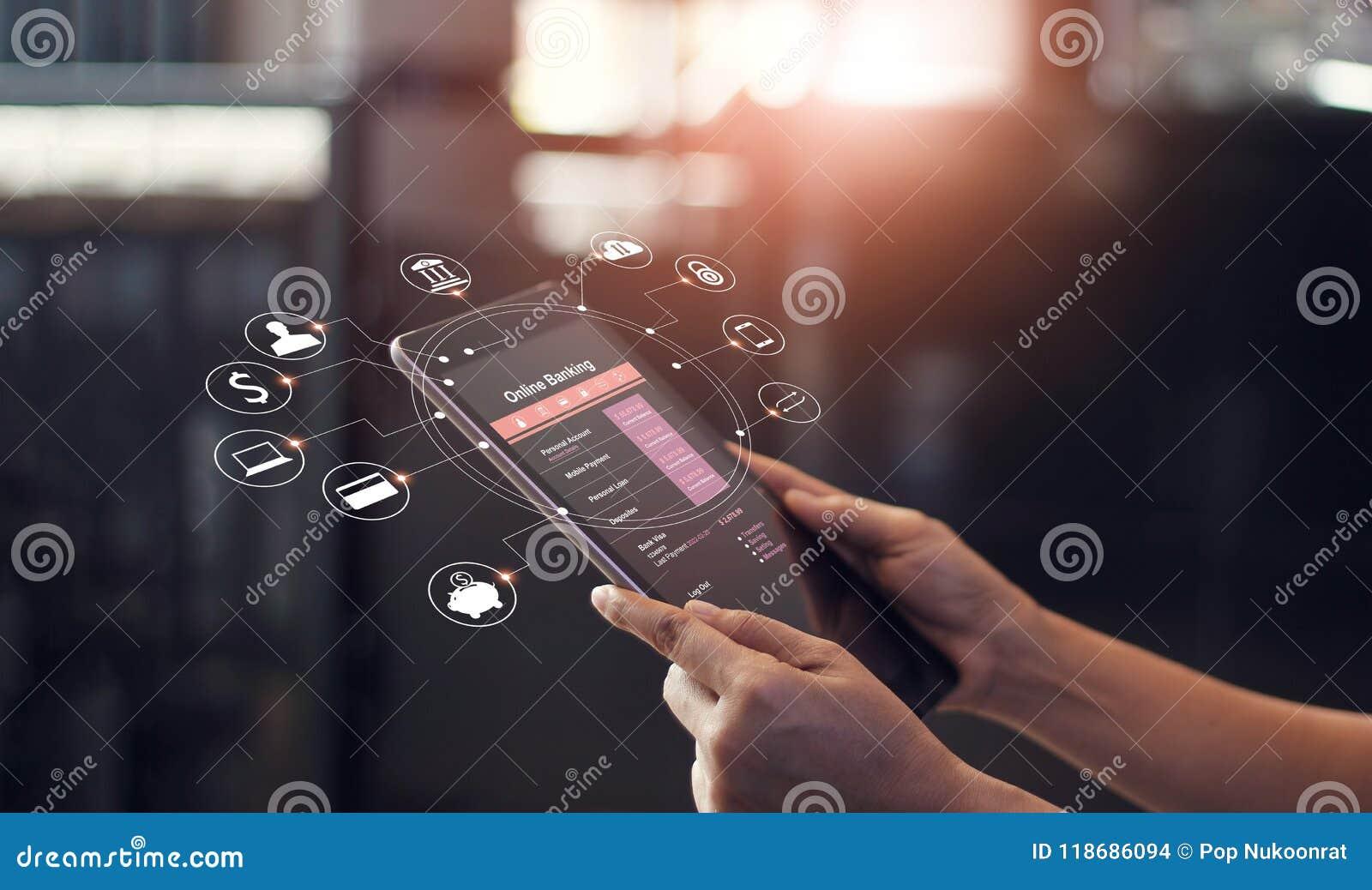 Equipe a mão usando a operação bancária em linha e o ícone no dispositivo da tela da tabuleta