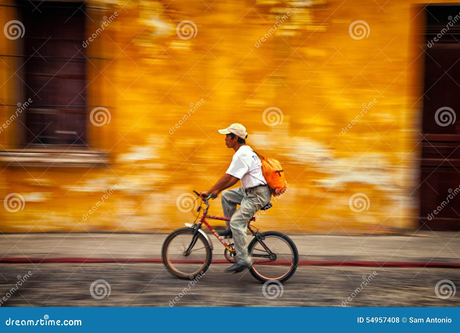 Equipe a montada de uma bicicleta com um fundo colorido obscuro