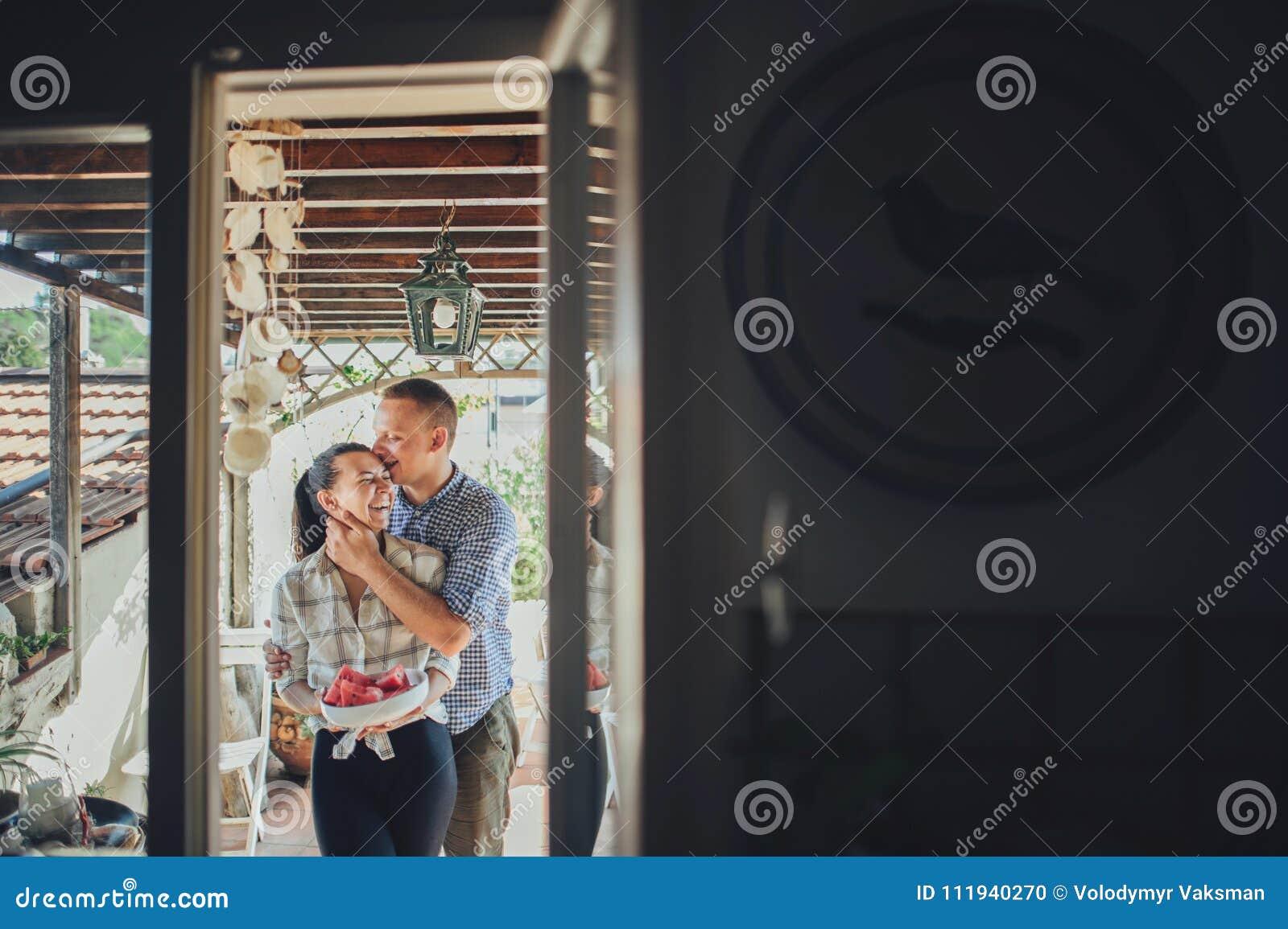 Equipe o abraço da mulher de trás ao preparar o smoot da melancia