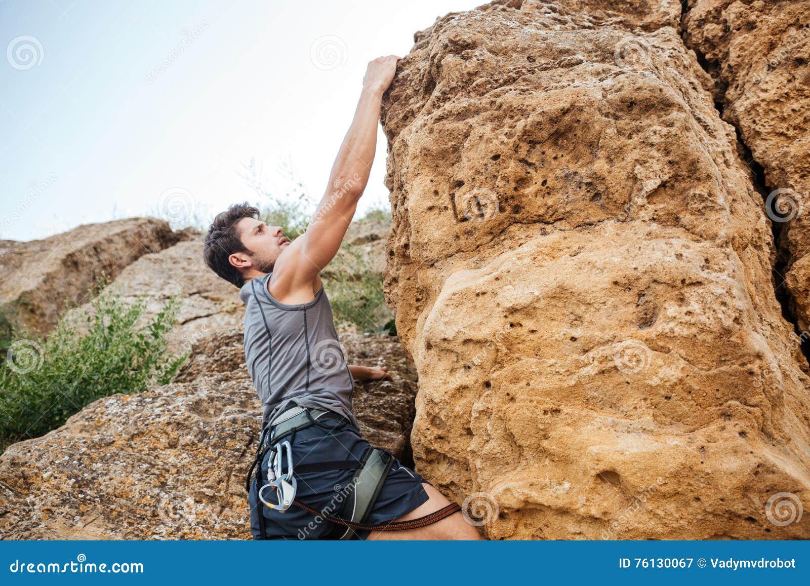 Equipe o alcance para um aperto quando balançar escaladas
