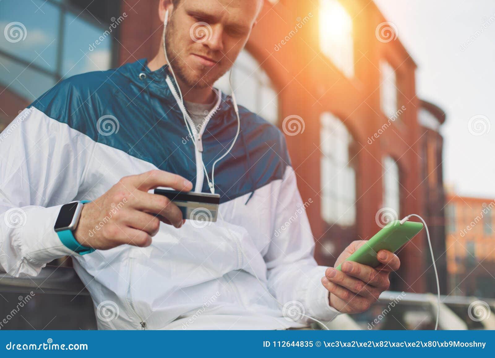 Equipe o assento fora com pagamento do cartão de crédito e do telefone celular, dos Internet banking e da Web