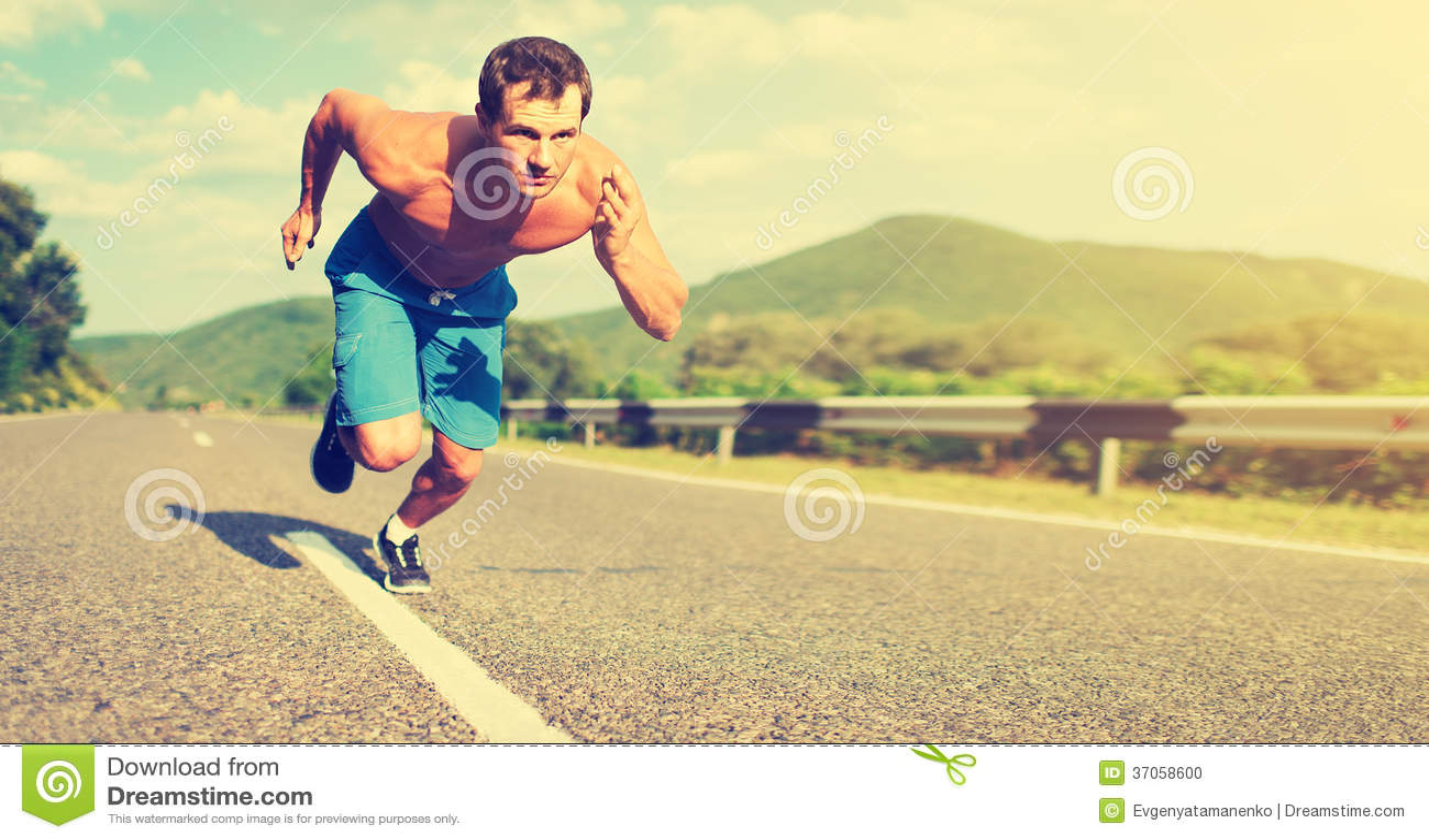 Equipe o atleta que corre na natureza no por do sol