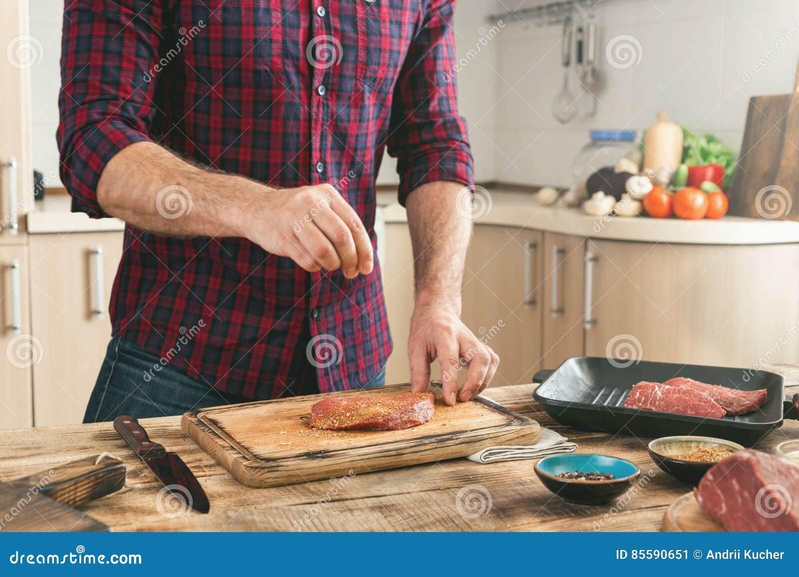Equipe o cozimento do bife grelhado na cozinha home