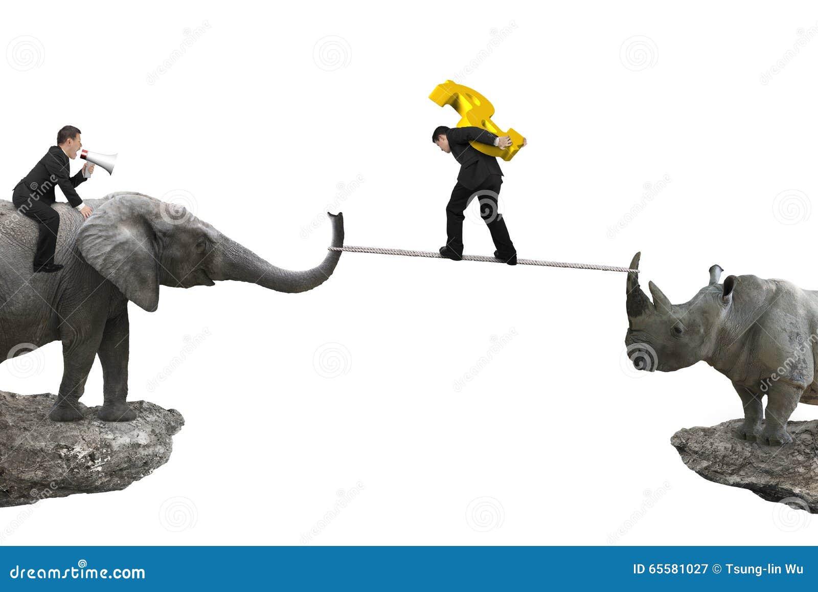 Equipe o elefante da equitação contra o rinoceronte uma outra boneca levando do homem