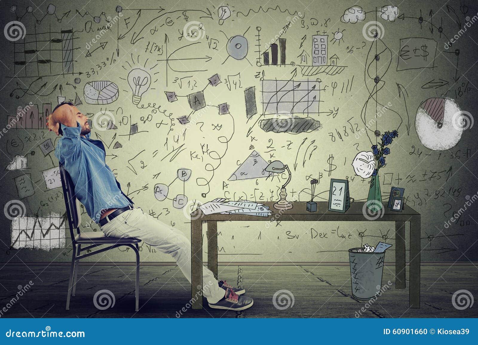 Equipe o empresário que relaxa em sua mesa em seu escritório