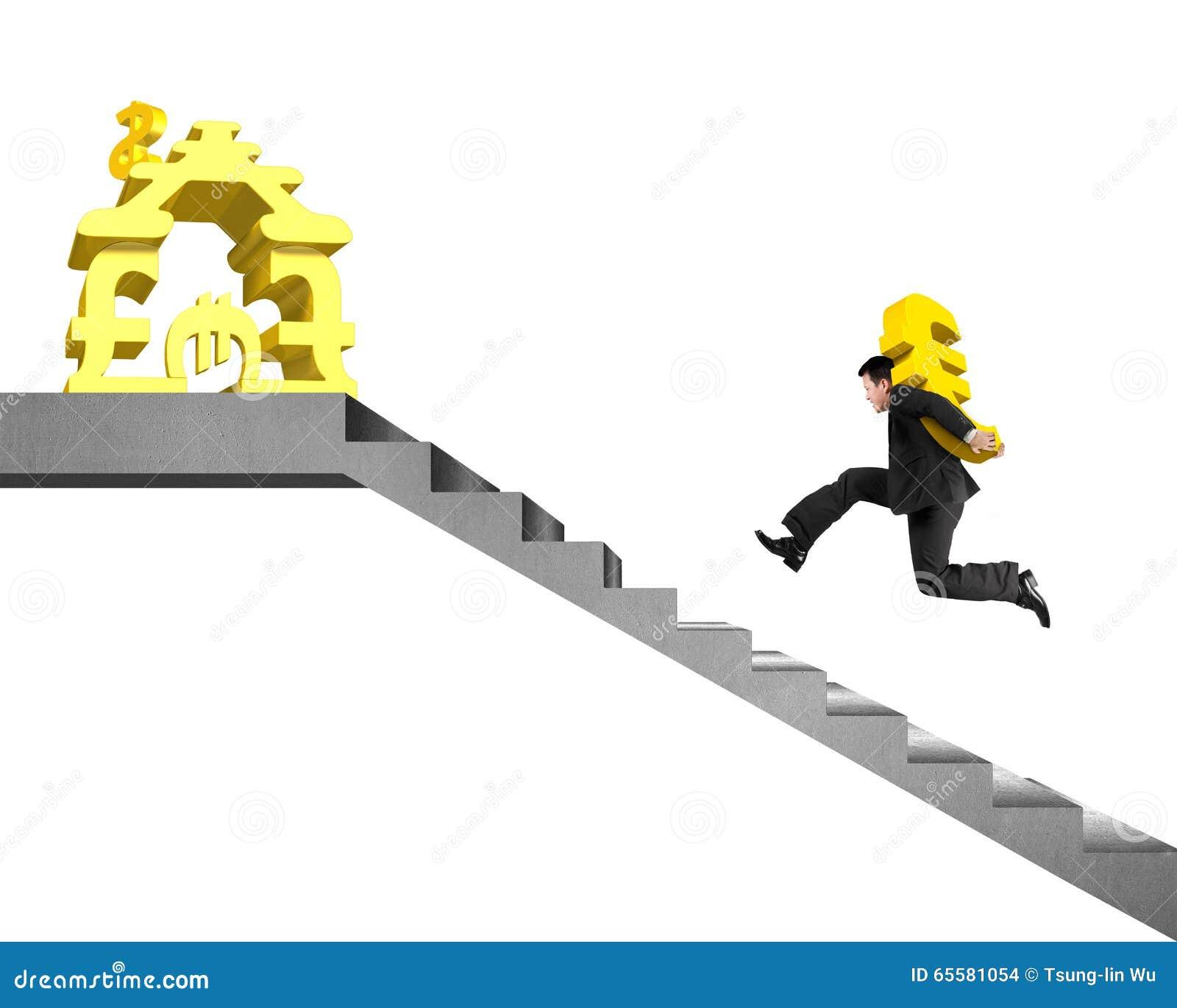 Equipe o Euro levando do ouro em escadas ao dinheiro que empilha a casa