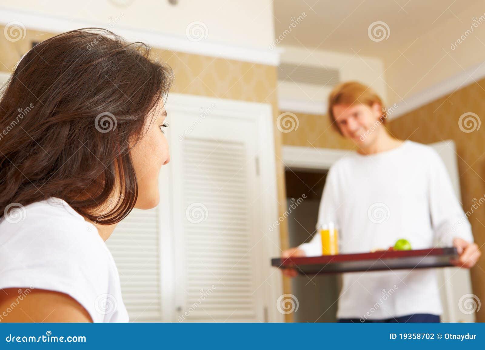Equipe o fornecimento do pequeno almoço a seu esposo na cama
