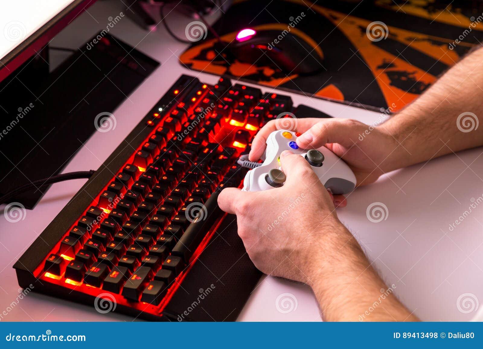 Equipe o jogo do jogo de computador no desktop feito-à-medida com joypad, KE